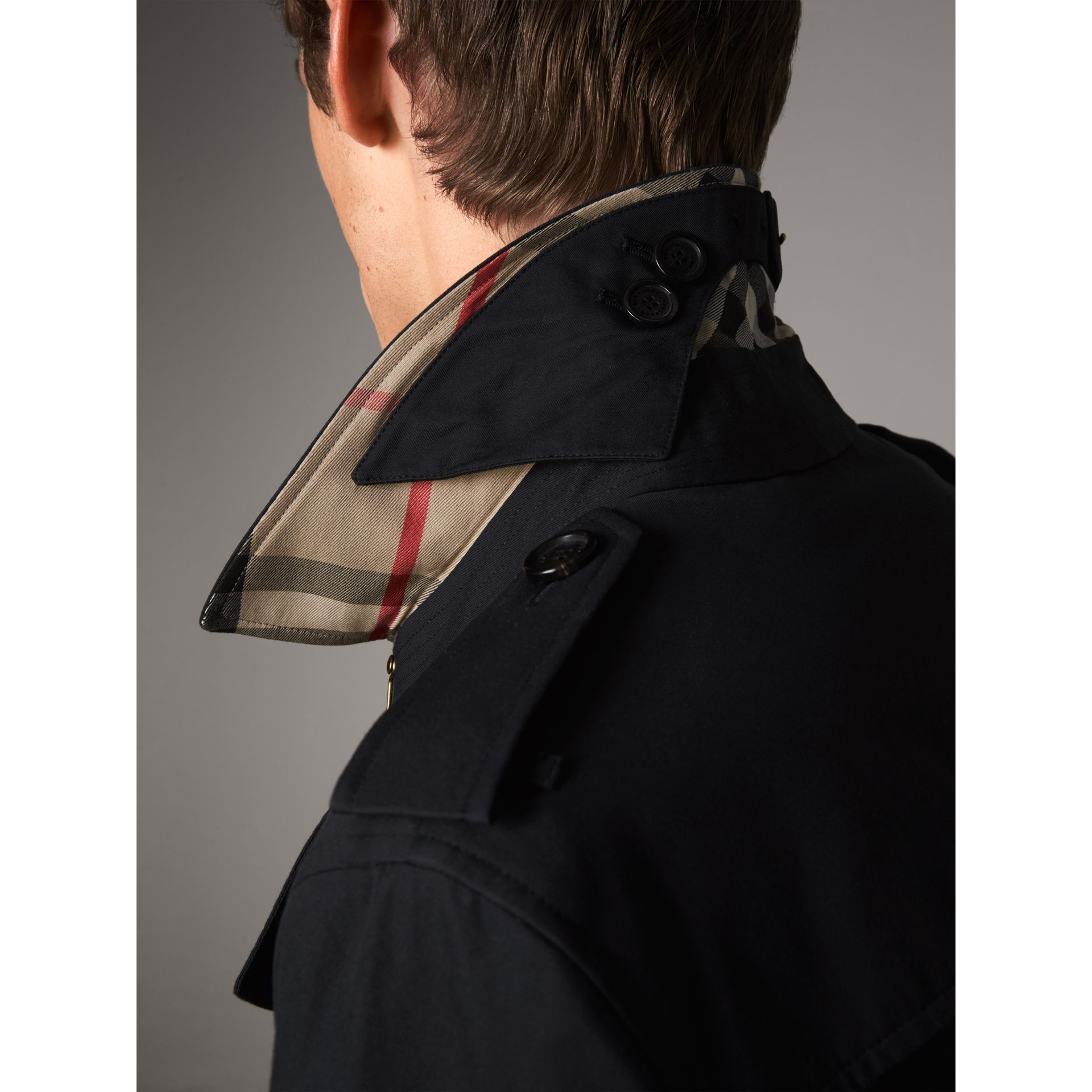 The Chelsea – Trench mi-long (Marine) - Homme | Burberry - photo de la galerie 2