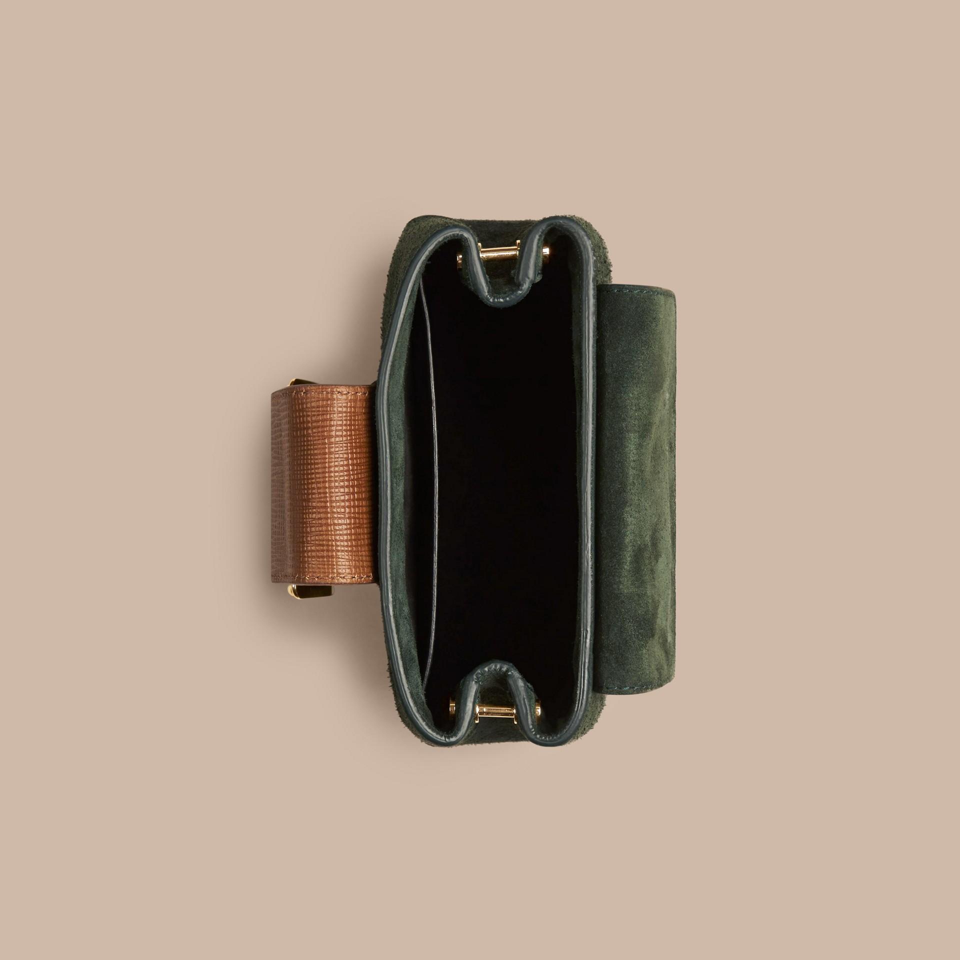 Verde foresta scuro Borsa The Buckle quadrata piccola in pelle scamosciata e pelle Verde Foresta Scuro - immagine della galleria 5