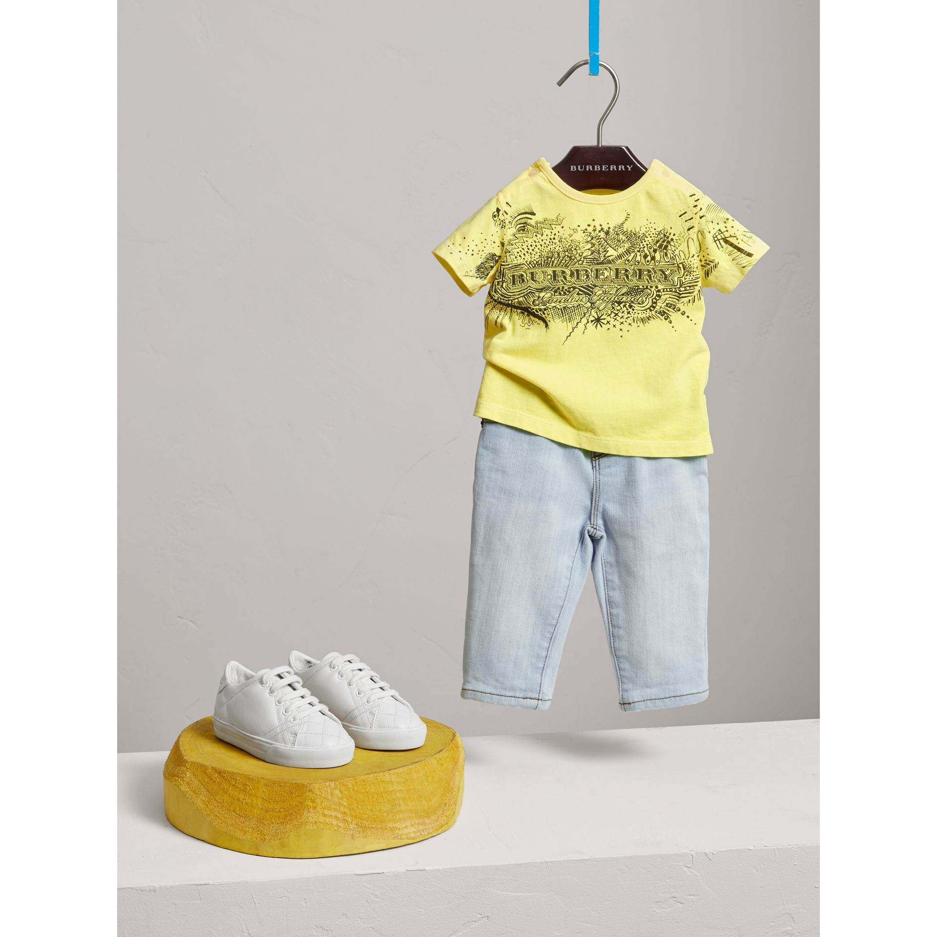 Jean skinny en denim extensible (Bleu Clair) - Enfant | Burberry - photo de la galerie 2