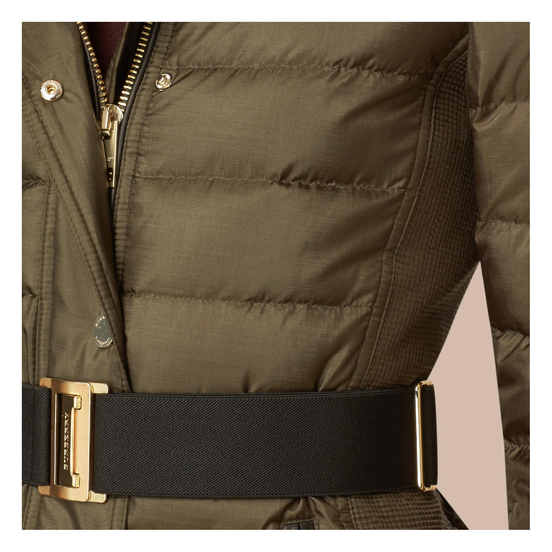 Oliva scuro Cappotto imbottito con cappuccio rifinito in pelliccia Oliva Scuro - immagine della galleria 2