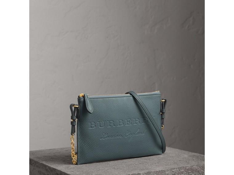 Bolsa clutch de couro com detalhe em relevo (Azul Petróleo Terroso) - Mulheres | Burberry - cell image 4