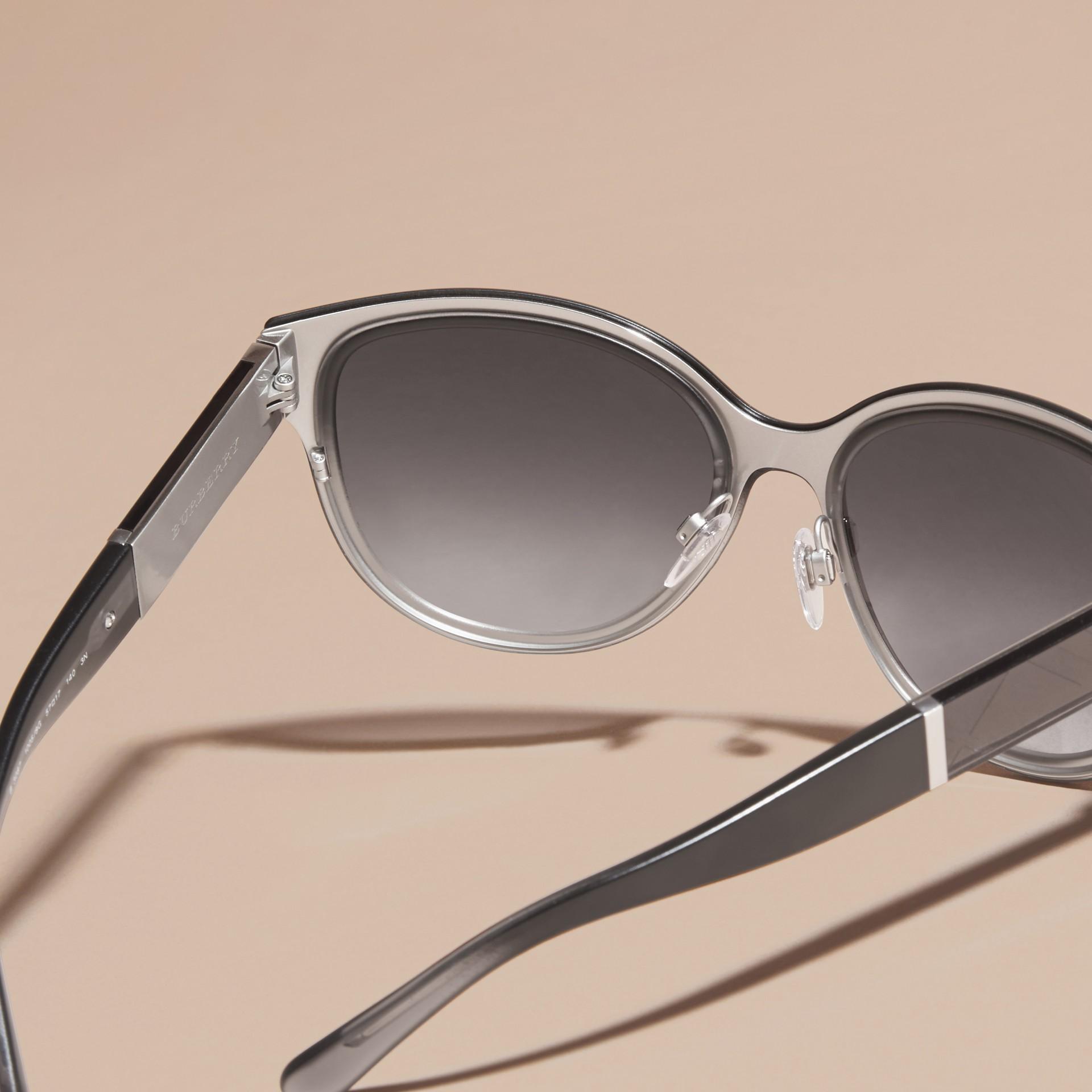 Nero Occhiali da sole con montatura cat-eye tonda e dettaglio check Nero - immagine della galleria 4