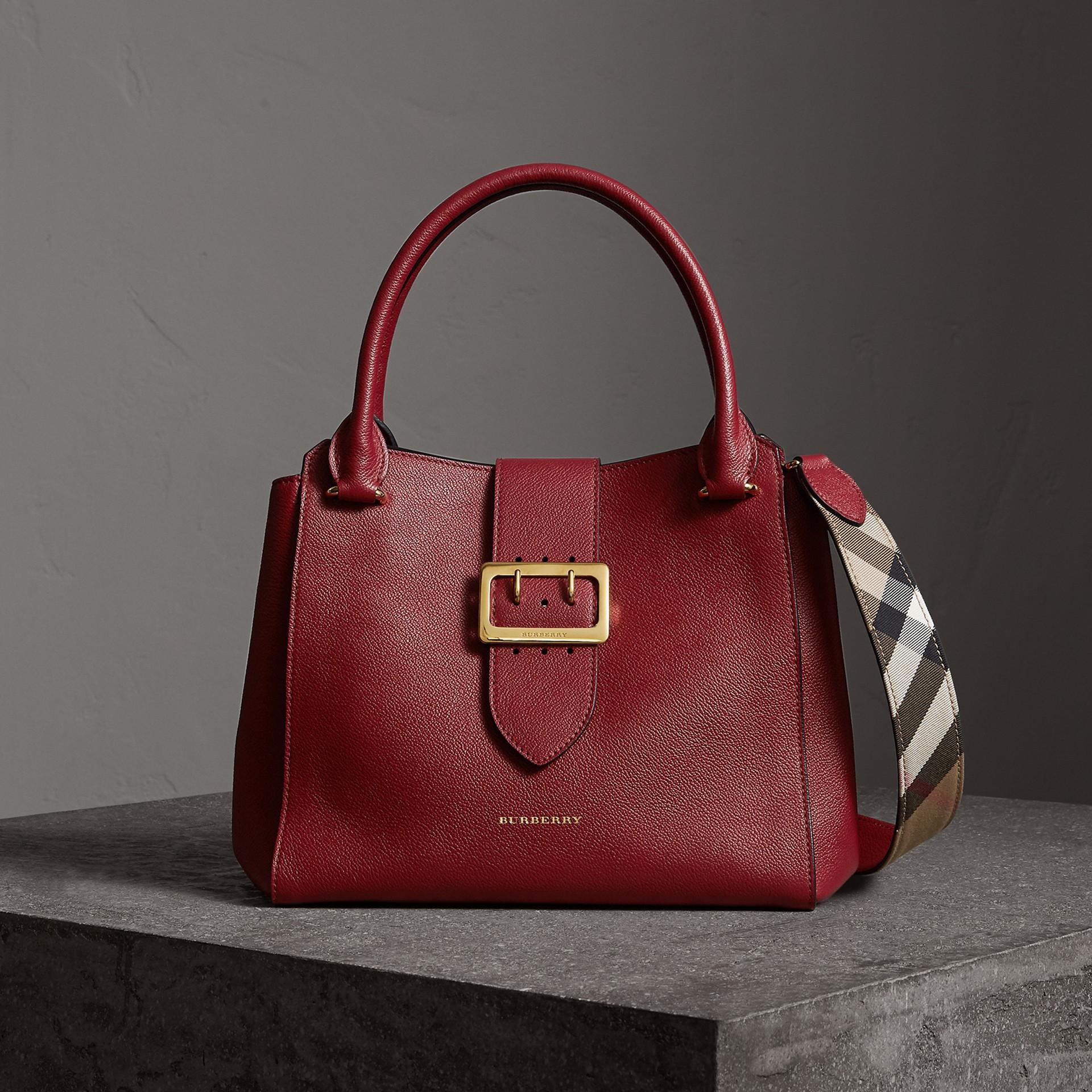 Sac tote The Buckle medium en cuir grainé (Rouge Parade) - Femme | Burberry - photo de la galerie 0