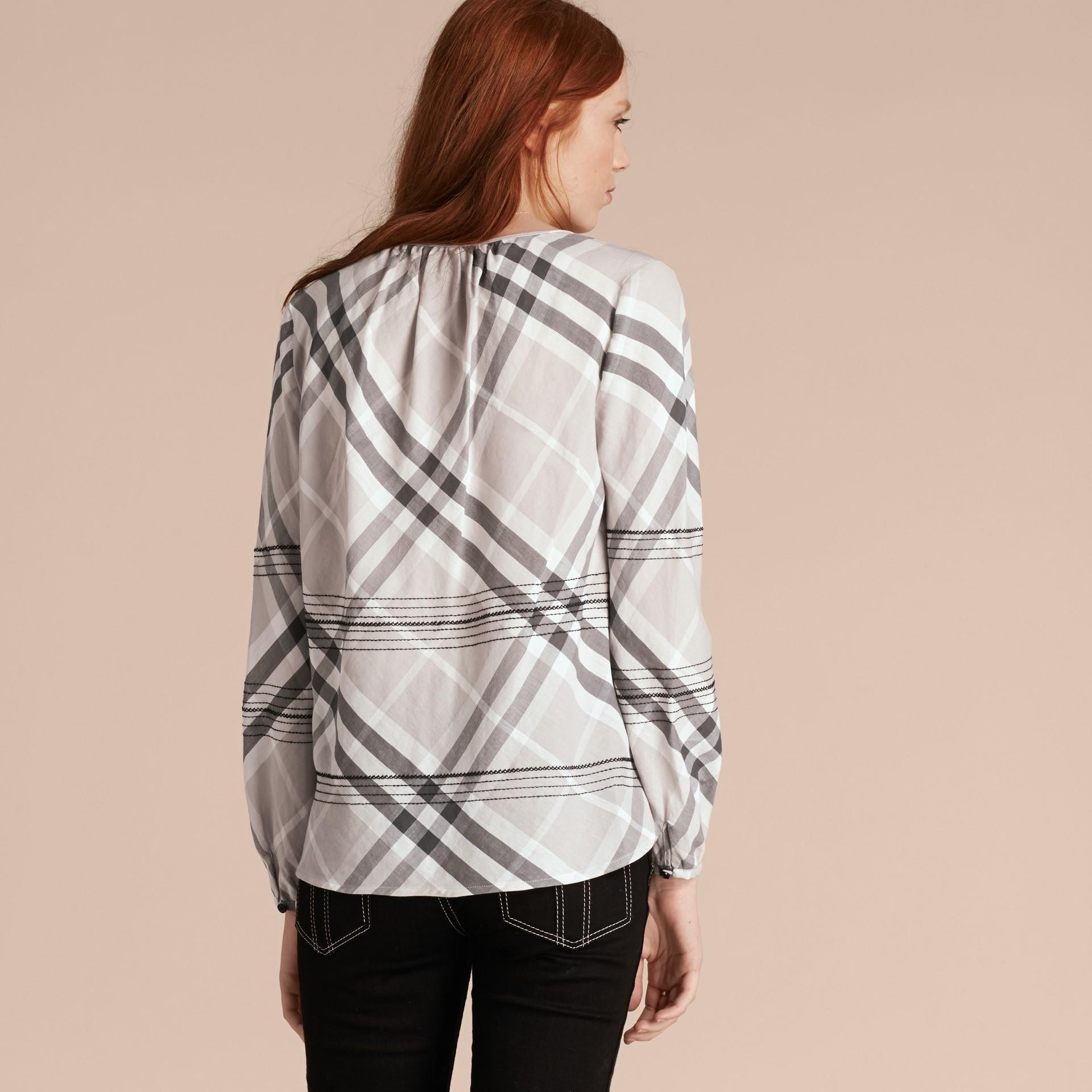 Gris pâle Tunique en coton à motif check avec surpiqûres Gris Pâle - photo de la galerie 3