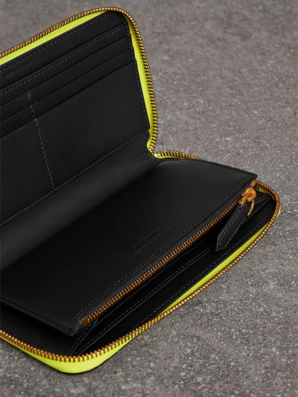 Carteira de couro com zíper e detalhe em relevo (Amarelo Intenso) - Mulheres | Burberry - cell image 3