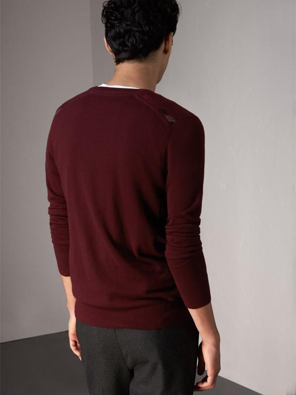 Suéter de cashmere com detalhe xadrez em jacquard (Claret Escuro) - Homens | Burberry - cell image 2