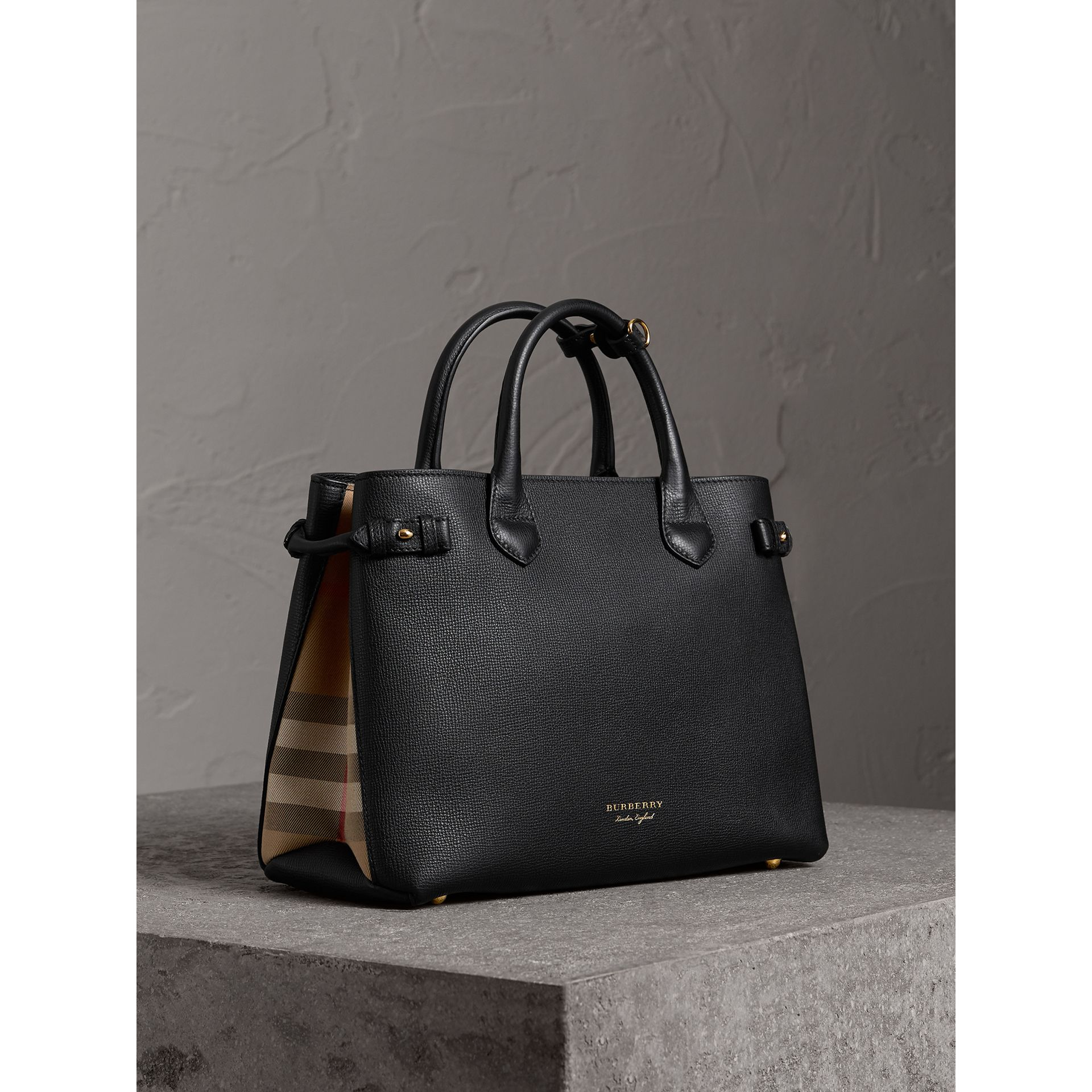 Sac The Banner moyen en cuir et coton House check (Noir) - Femme | Burberry Canada - photo de la galerie 0