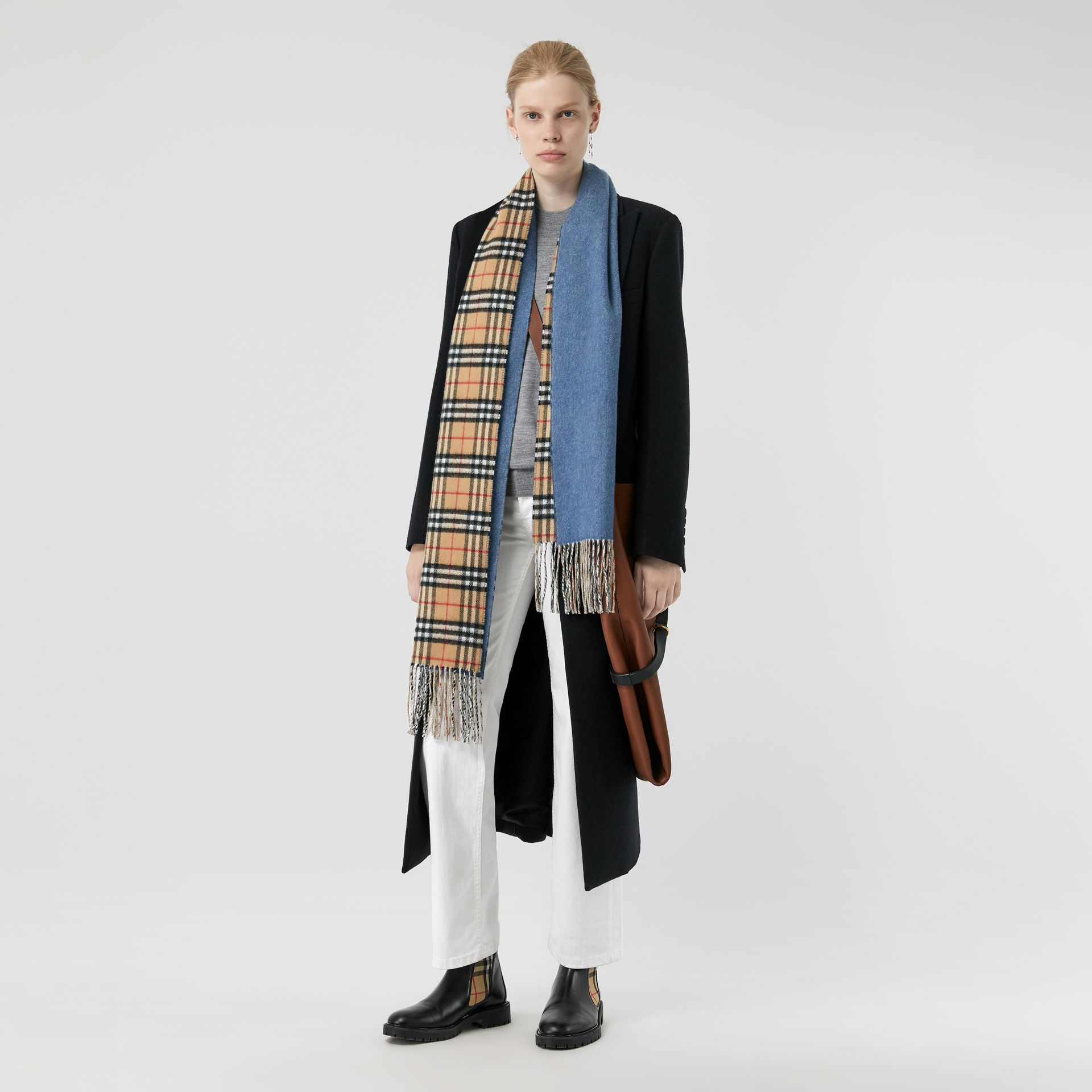 Long Reversible Vintage Check Double-faced Cashmere Scarf in Stone Blue | Burberry Singapore - gallery image 2