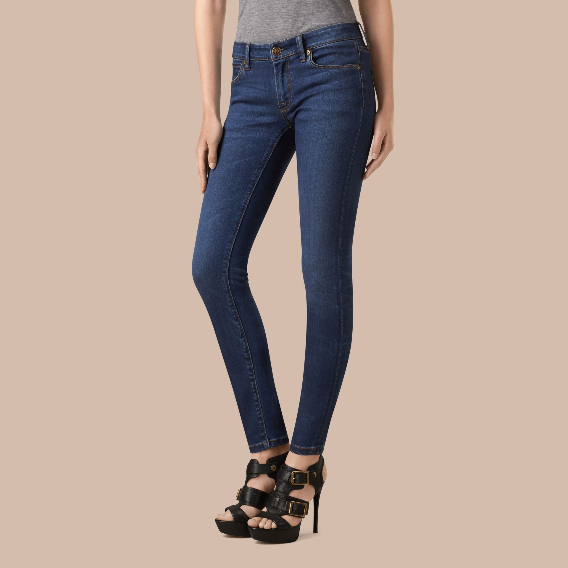 Jeans attillati a vita bassa in denim stretch ultraresistente (Indaco Medio) - Donna | Burberry - immagine della galleria 1