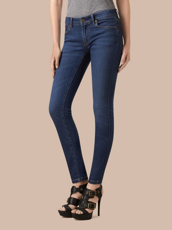 Jeans attillati a vita bassa in denim stretch ultraresistente - Donna | Burberry
