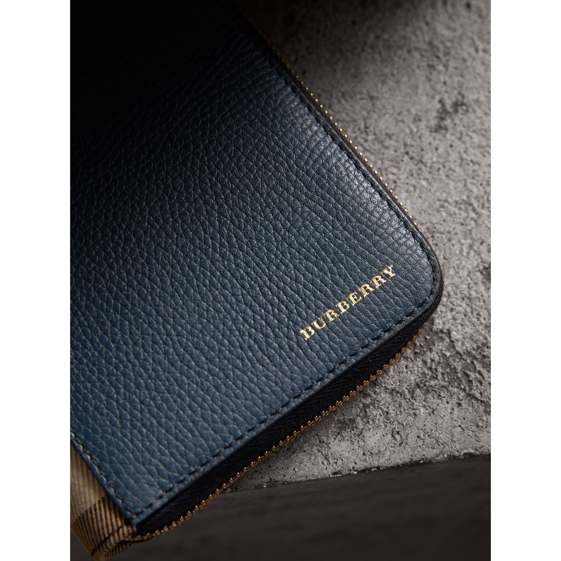 Portafoglio con cerniera su tre lati con pelle a grana e motivo House check (Blu Tempesta) | Burberry - immagine della galleria 4