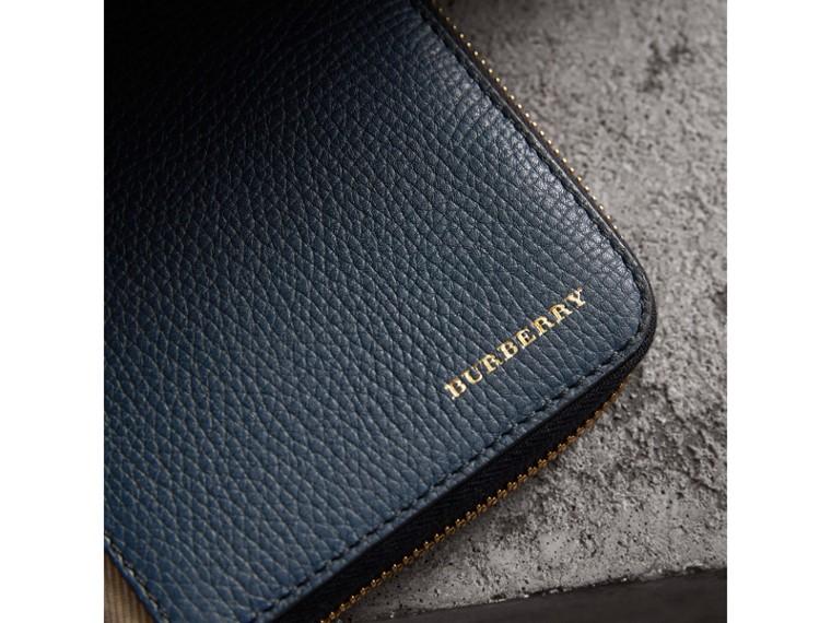 Portafoglio con cerniera su tre lati con pelle a grana e motivo House check (Blu Tempesta) | Burberry - cell image 4