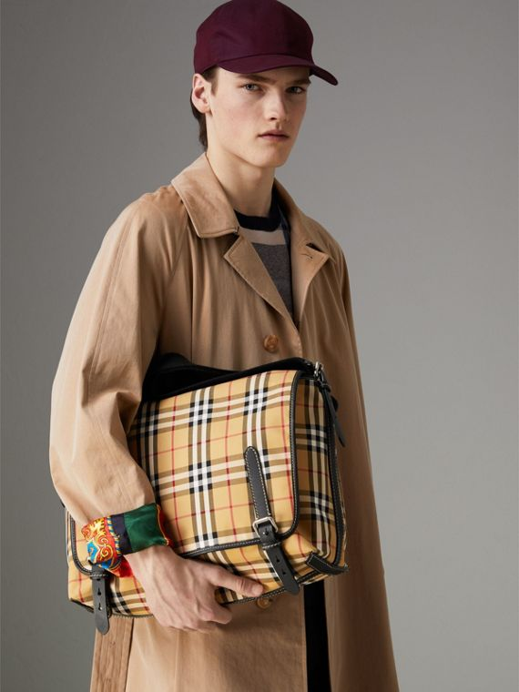 Grand sac Messenger à motif Vintage check avec détails en cuir (Jaune Antique/rouge Militaire) - Homme | Burberry Canada - cell image 3