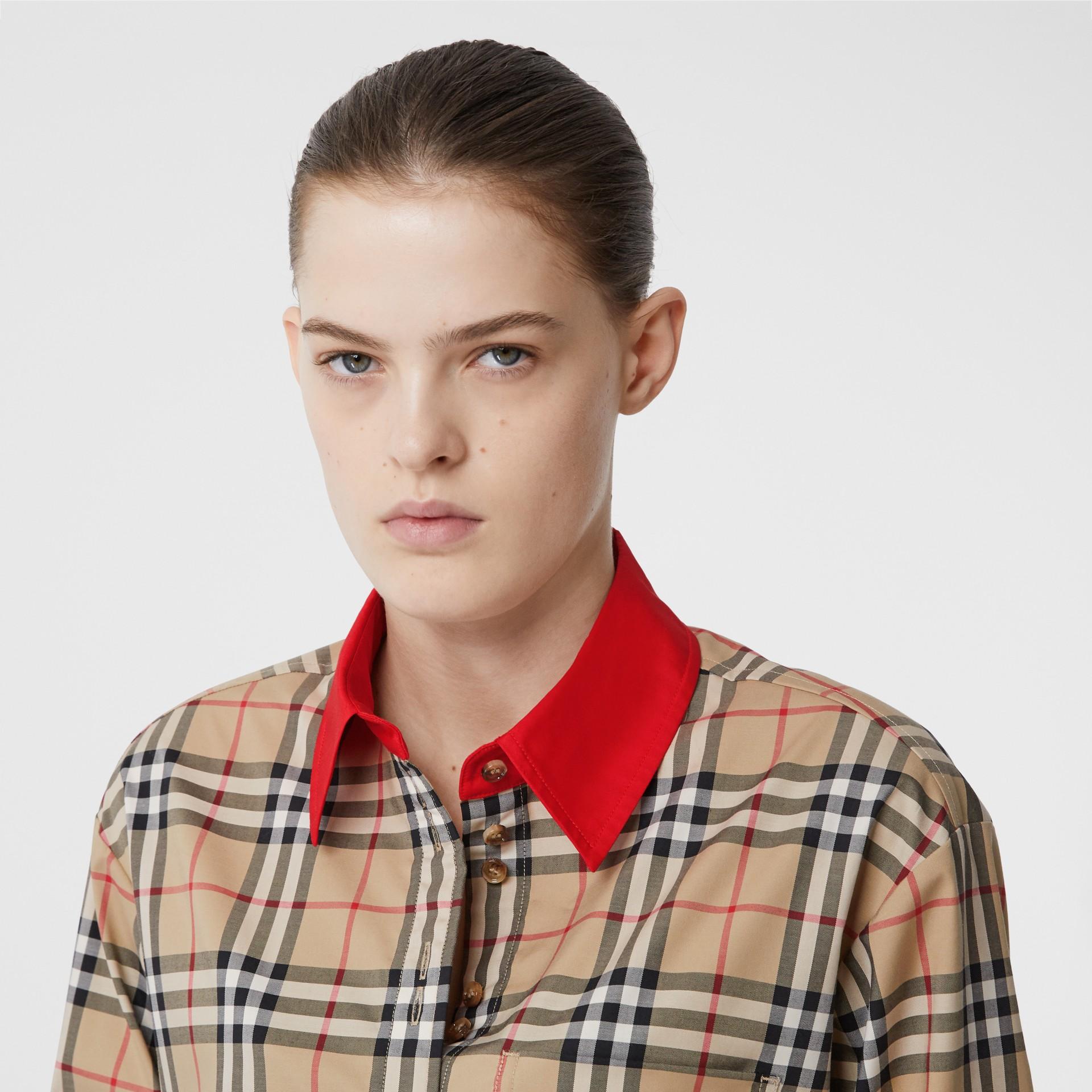 Camisa en algodón elástico a cuadros Vintage Checks con detalles a contraste (Beige) - Mujer | Burberry - imagen de la galería 1