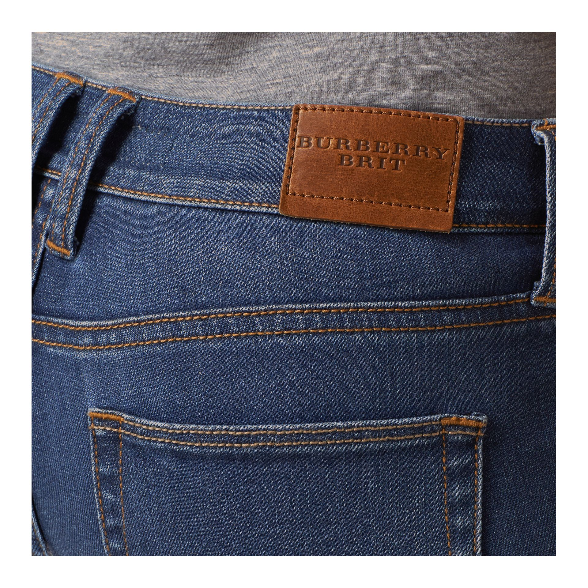 Jeans attillati a vita bassa in denim stretch ultraresistente (Indaco Medio) - Donna | Burberry - immagine della galleria 4