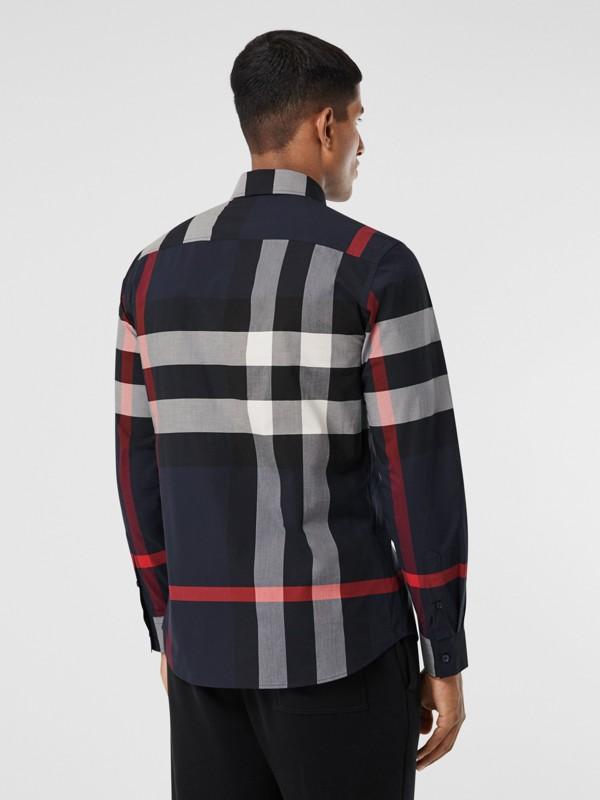 Camisa en popelina de algodón elástico a cuadros (Azul Marino) - Hombre | Burberry - cell image 2