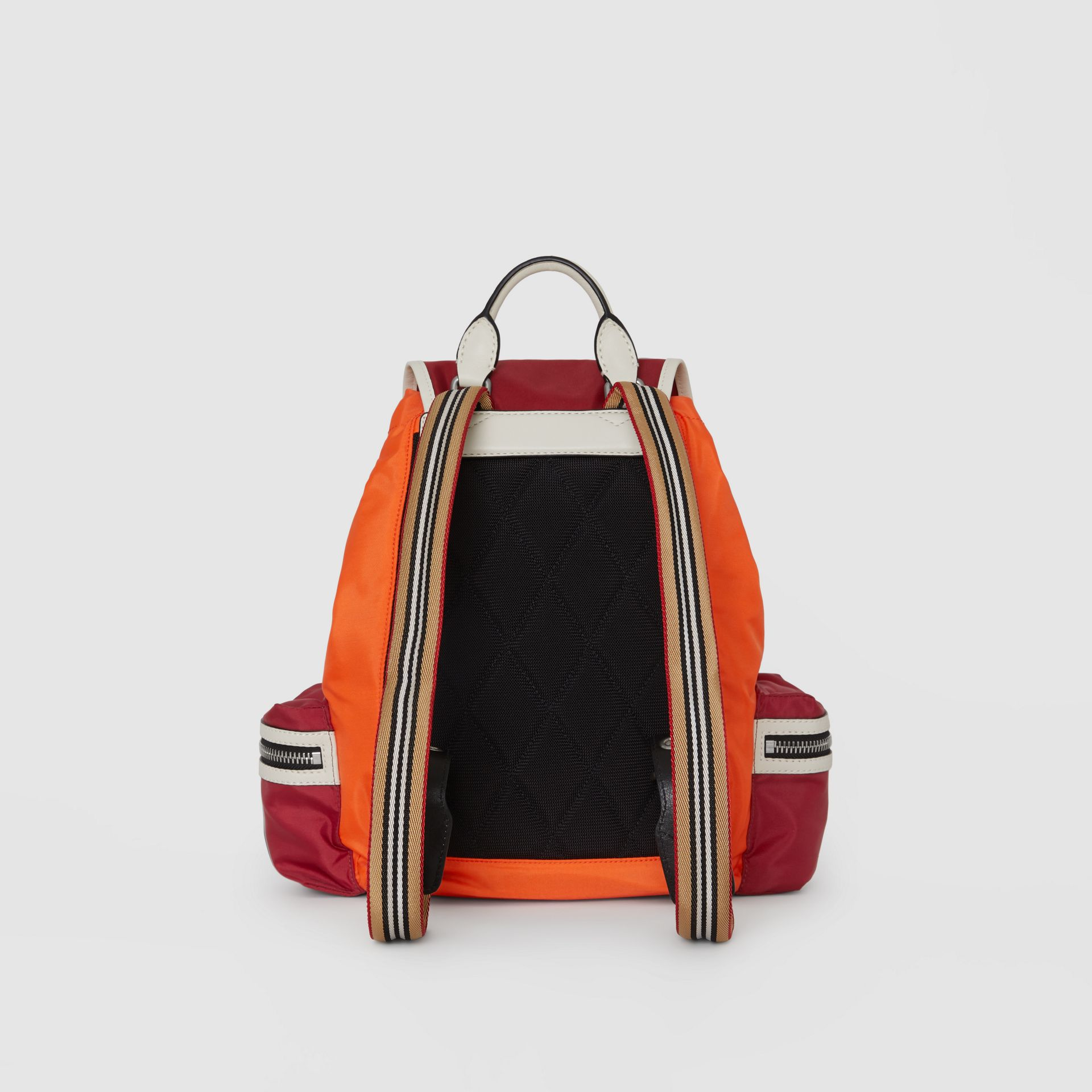 Sac The Rucksack moyen en nylon color-block (Rouge Parade) - Femme | Burberry Canada - photo de la galerie 8
