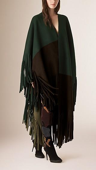 Poncho in feltro di lana e cashmere a blocchi di colore con frange