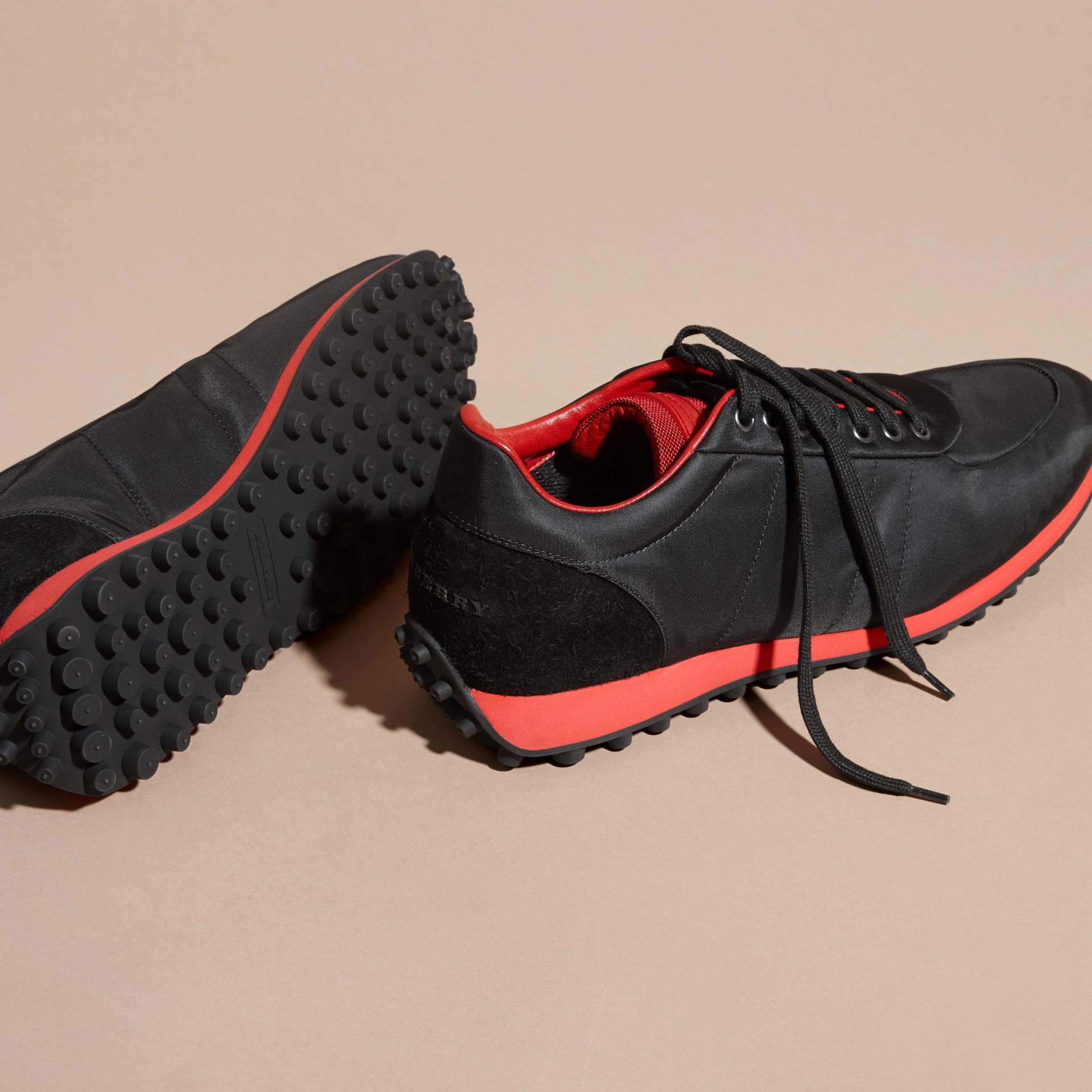Nero/rosso militare Sneaker tecniche con finiture effetto texture Nero/rosso Militare - immagine della galleria 5