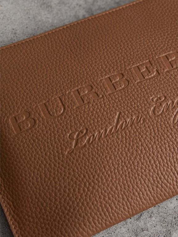 Bolsa clutch de couro com detalhe em relevo (Marrom Castanho) - Mulheres | Burberry - cell image 1