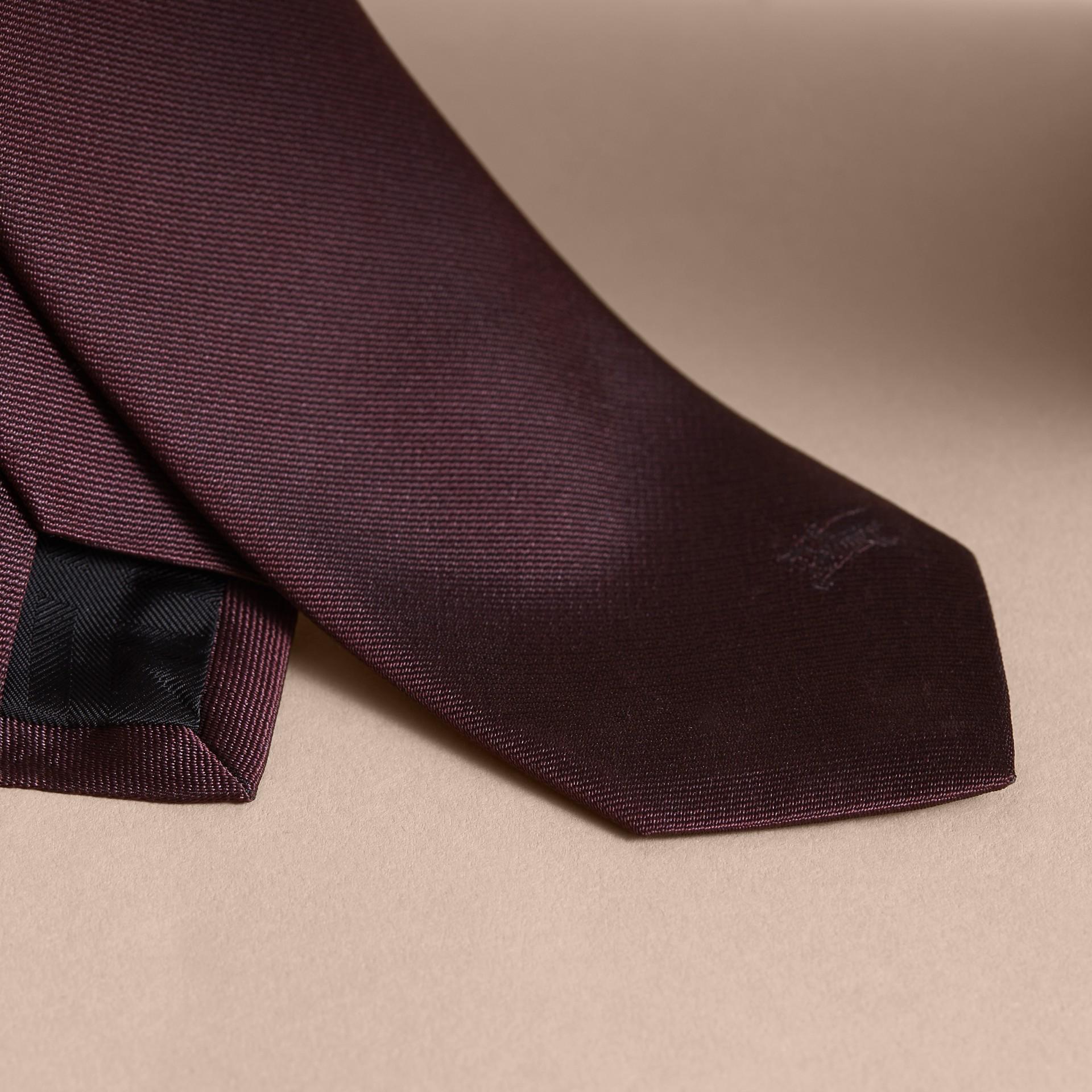 Gravata slim de sarja de seda (Claret Intenso) - Homens | Burberry - galeria de imagens 1