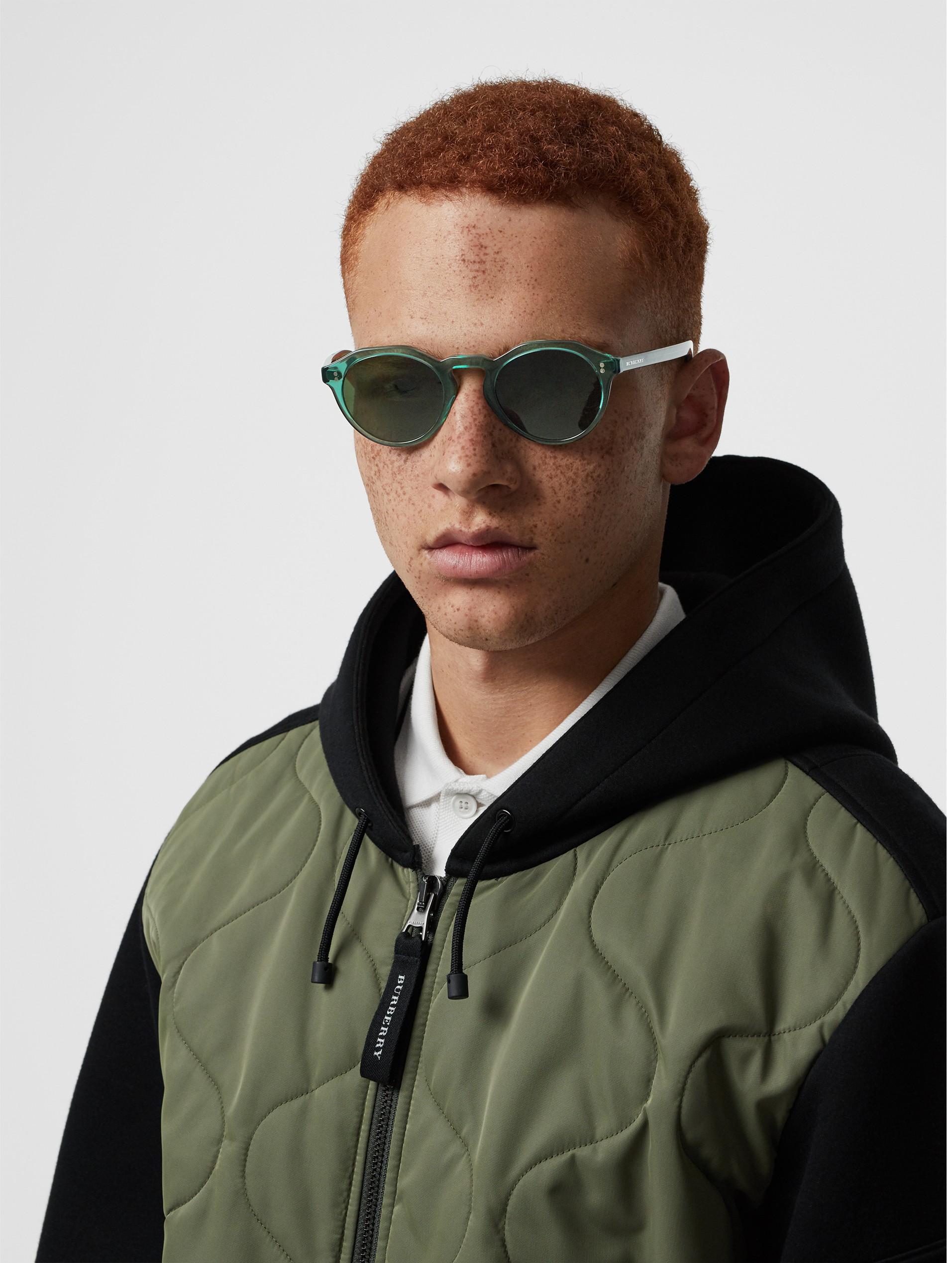 手托太阳图片_锁孔圆弧框太阳眼镜 (绿色) - 男士 | Burberry 博柏利