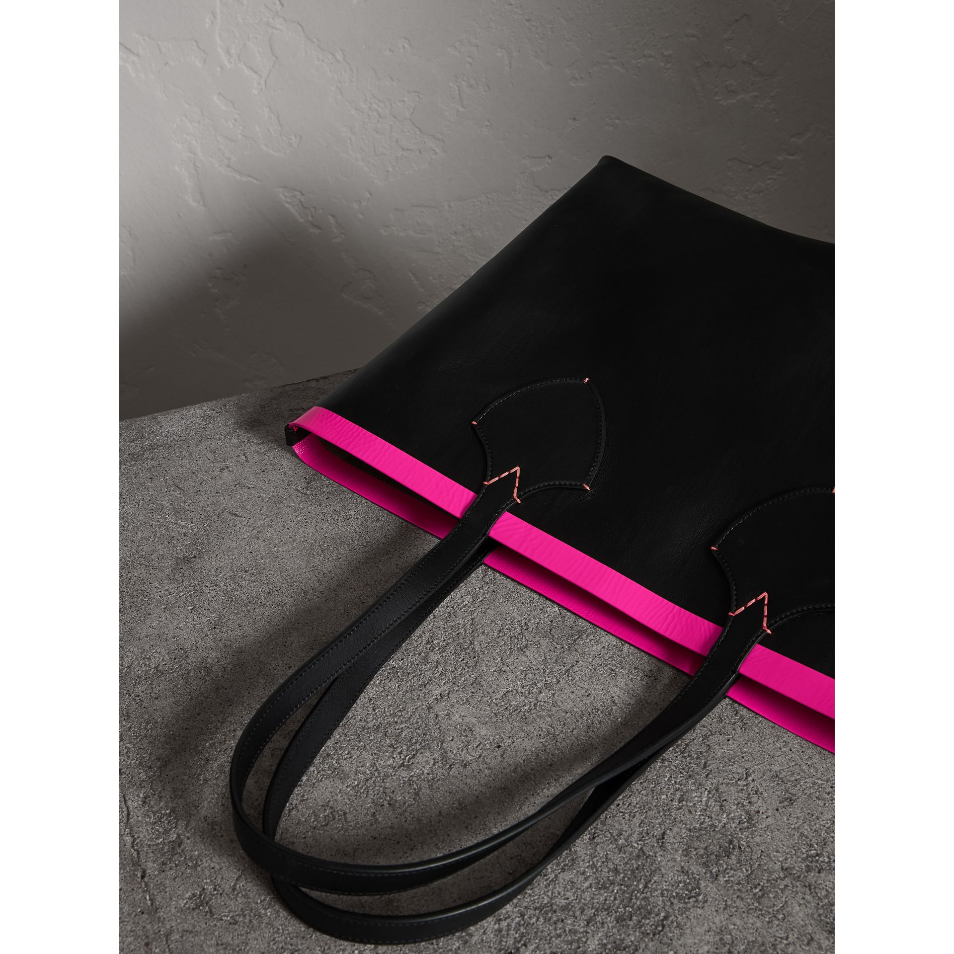 The Medium Giant Reversible Tote in Canvas and Leather in Black/neon Pink | Burberry United Kingdom - gallery image 4