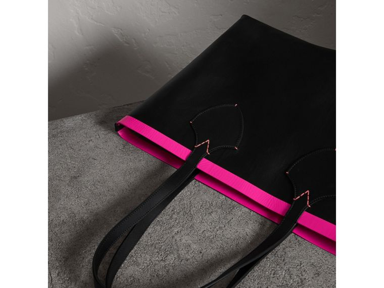 The Medium Giant Reversible Tote in Canvas and Leather in Black/neon Pink | Burberry - cell image 4