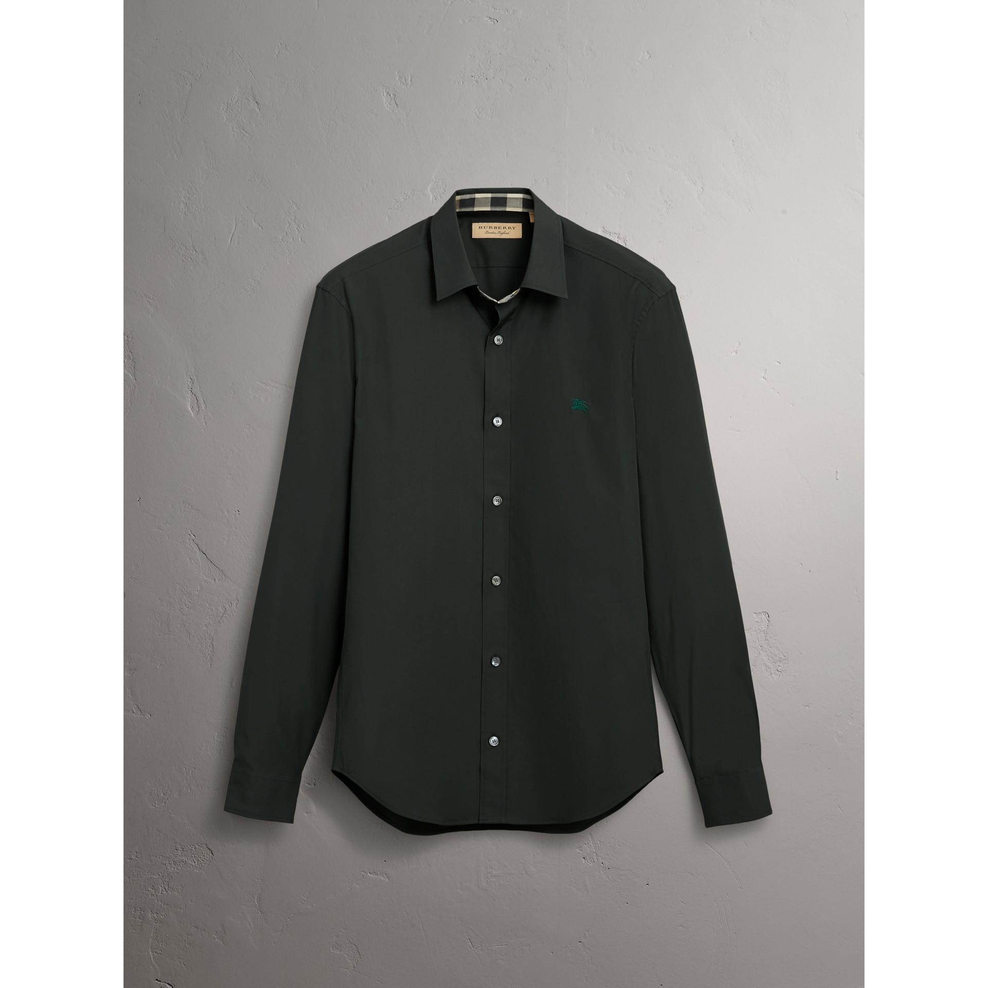 Camisa en popelina de algodón elástico con detalles a cuadros (Verde Bosque Oscuro) - Hombre | Burberry - imagen de la galería 6