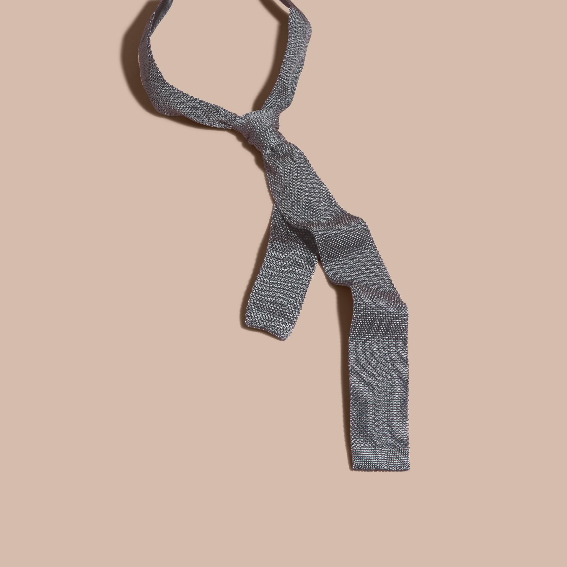 中灰色 窄版剪裁針織絲質領帶 中灰色 - 圖庫照片 3