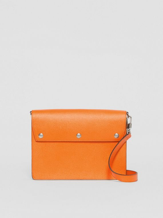 Borsa a tracolla in pelle a grana con tre borchie (Arancione Intenso)