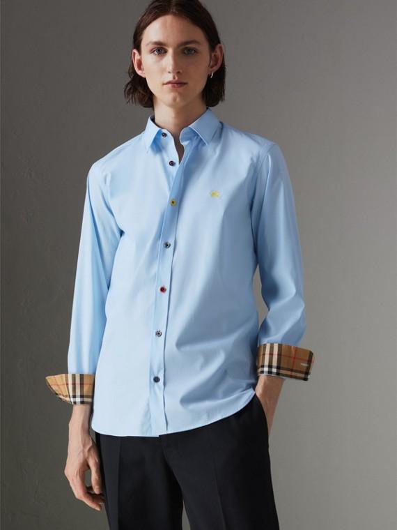 Camisa de algodão stretch com botão contrastante (Azul Claro)