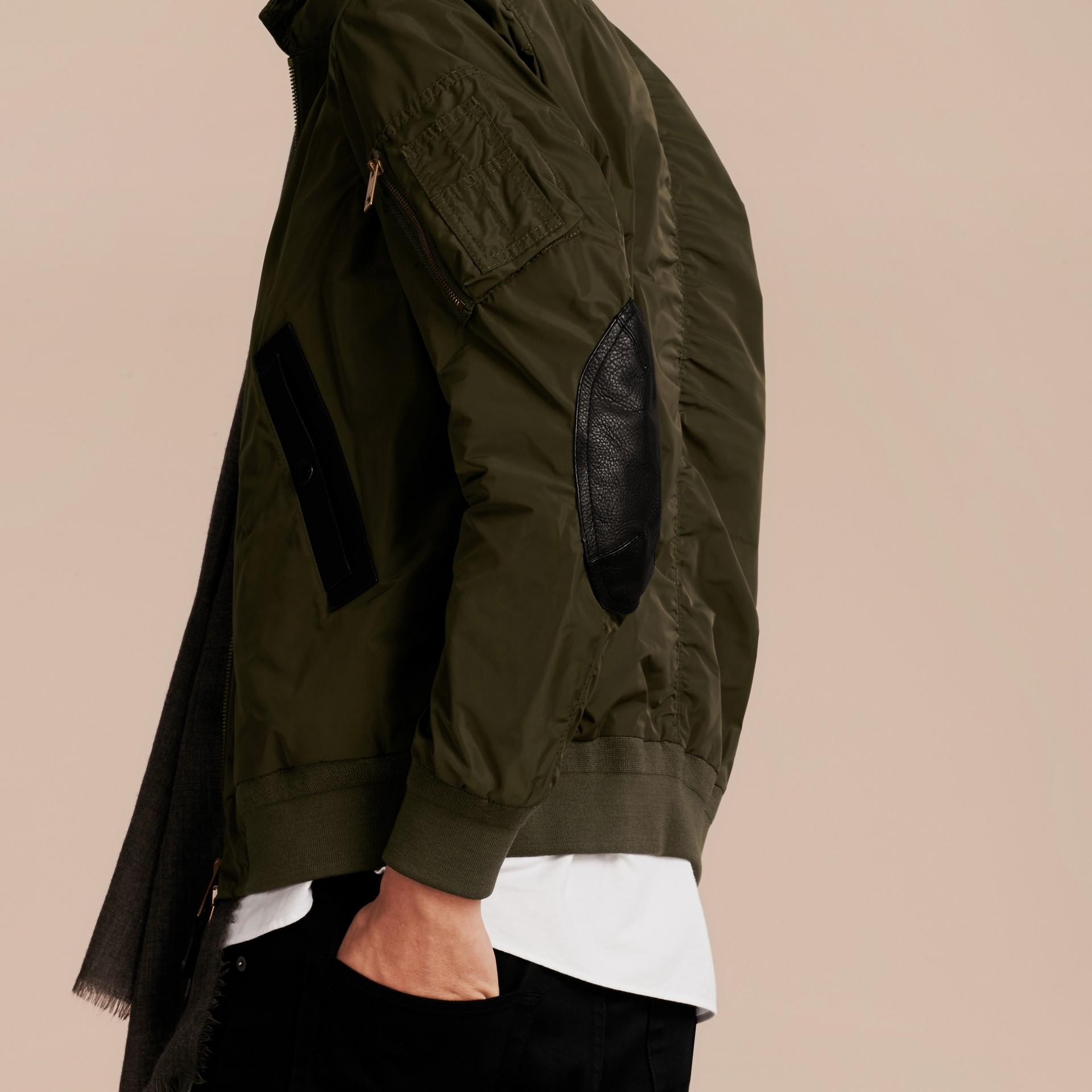 Хаки Легкая куртка с отделкой из кожи - изображение 3