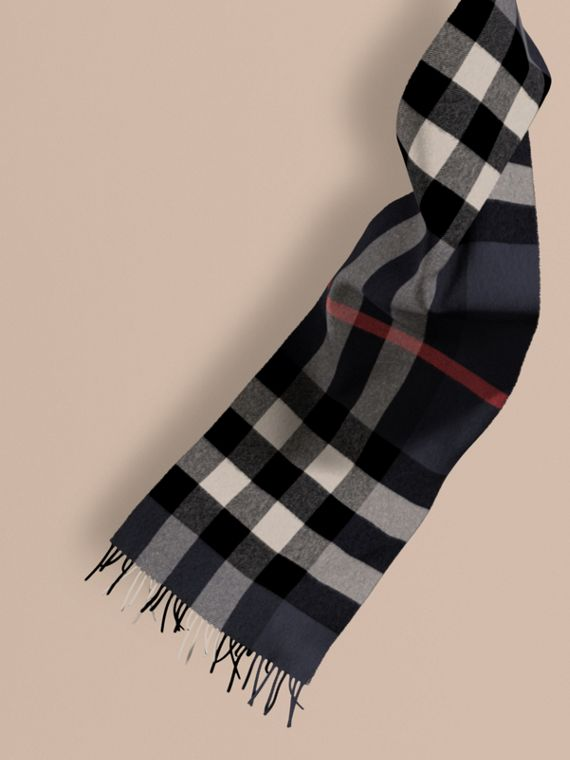 The Large Classic Cashmere Scarf in Check Navy