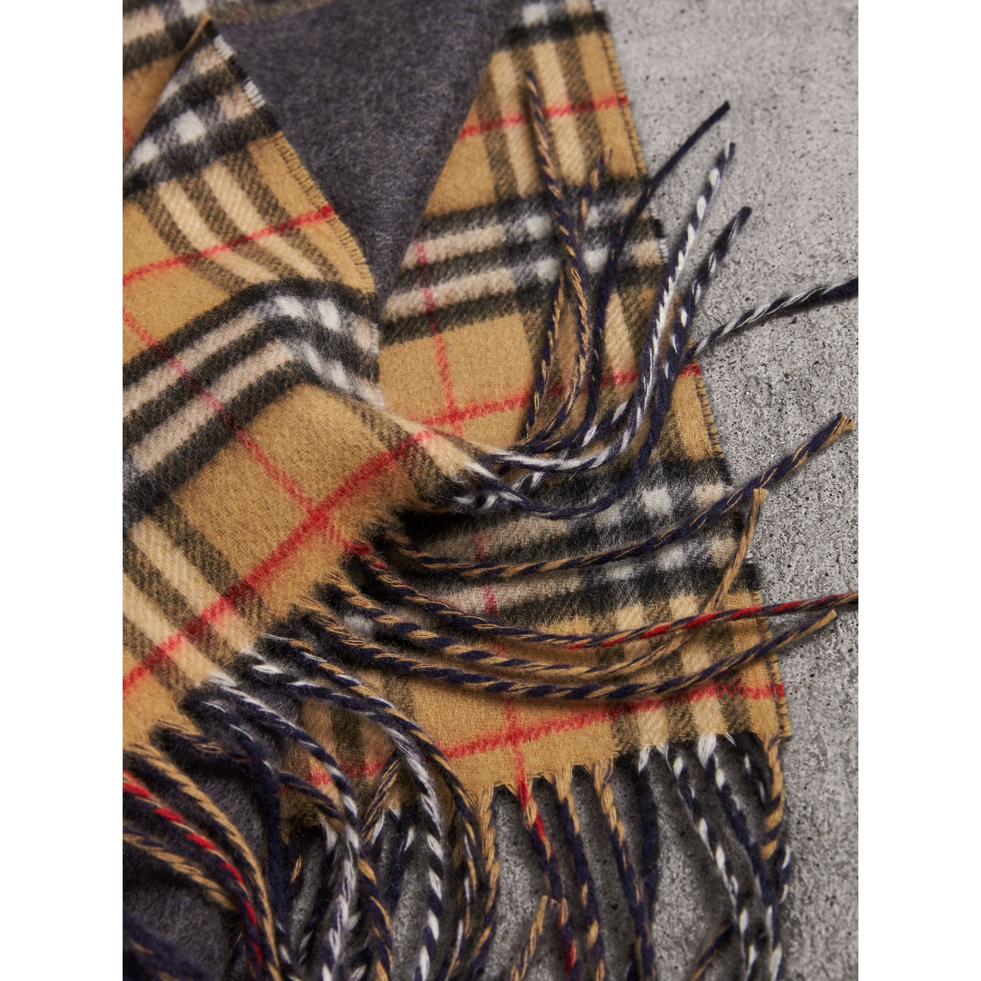 Long Reversible Vintage Check Double-faced Cashmere Scarf in Slate Blue | Burberry - gallery image 2