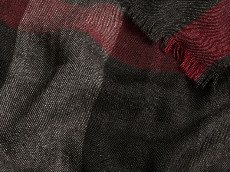 Charcoal The Lightweight Cashmere Scarf in Check Charcoal - cell image 4