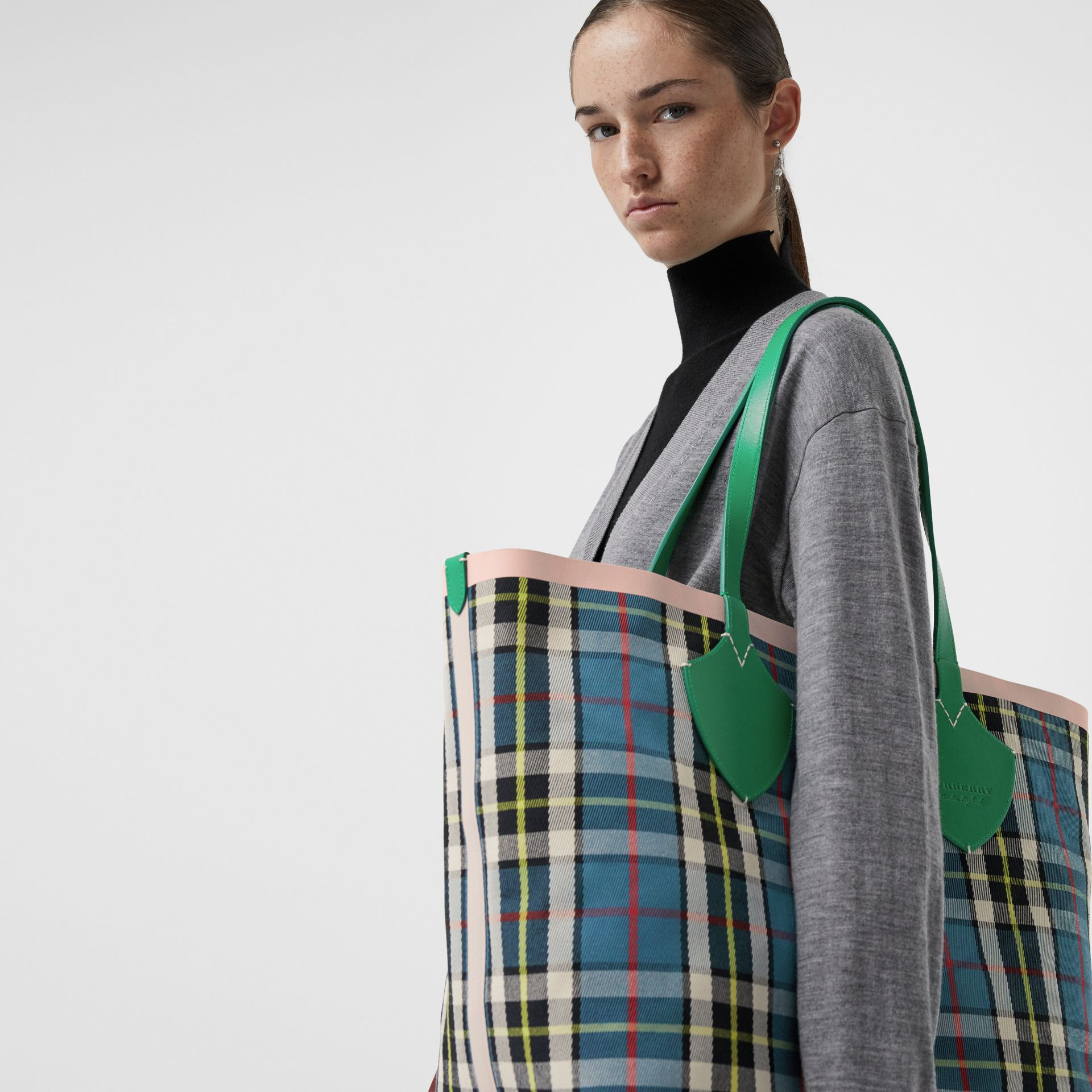 The Giant Reversible Tote in Vintage Check in Palm Green/pink Apricot - Women | Burberry Hong Kong - gallery image 6