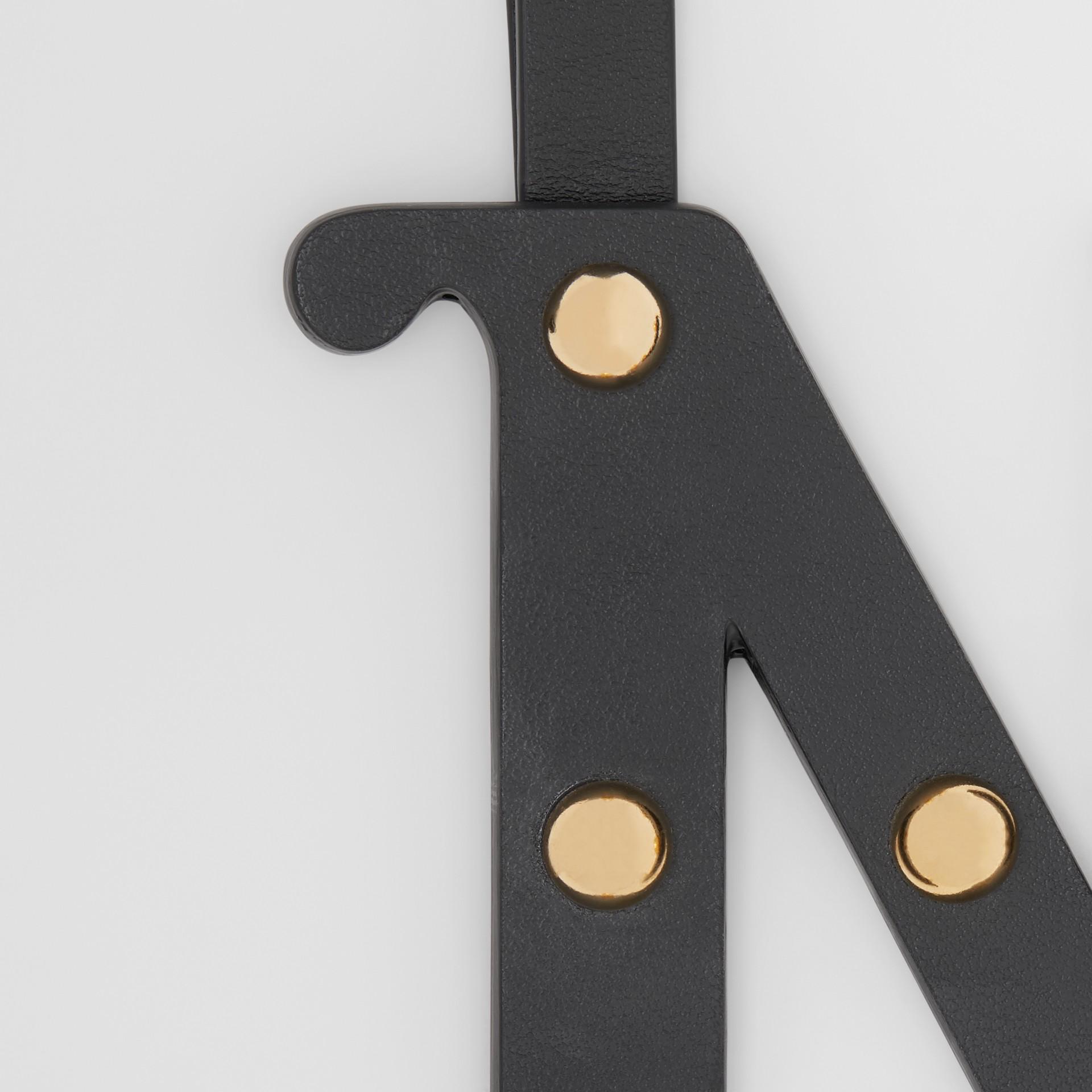 Bijou alphabet «N» en cuir clouté (Noir/or Clair) - Femme | Burberry - photo de la galerie 1