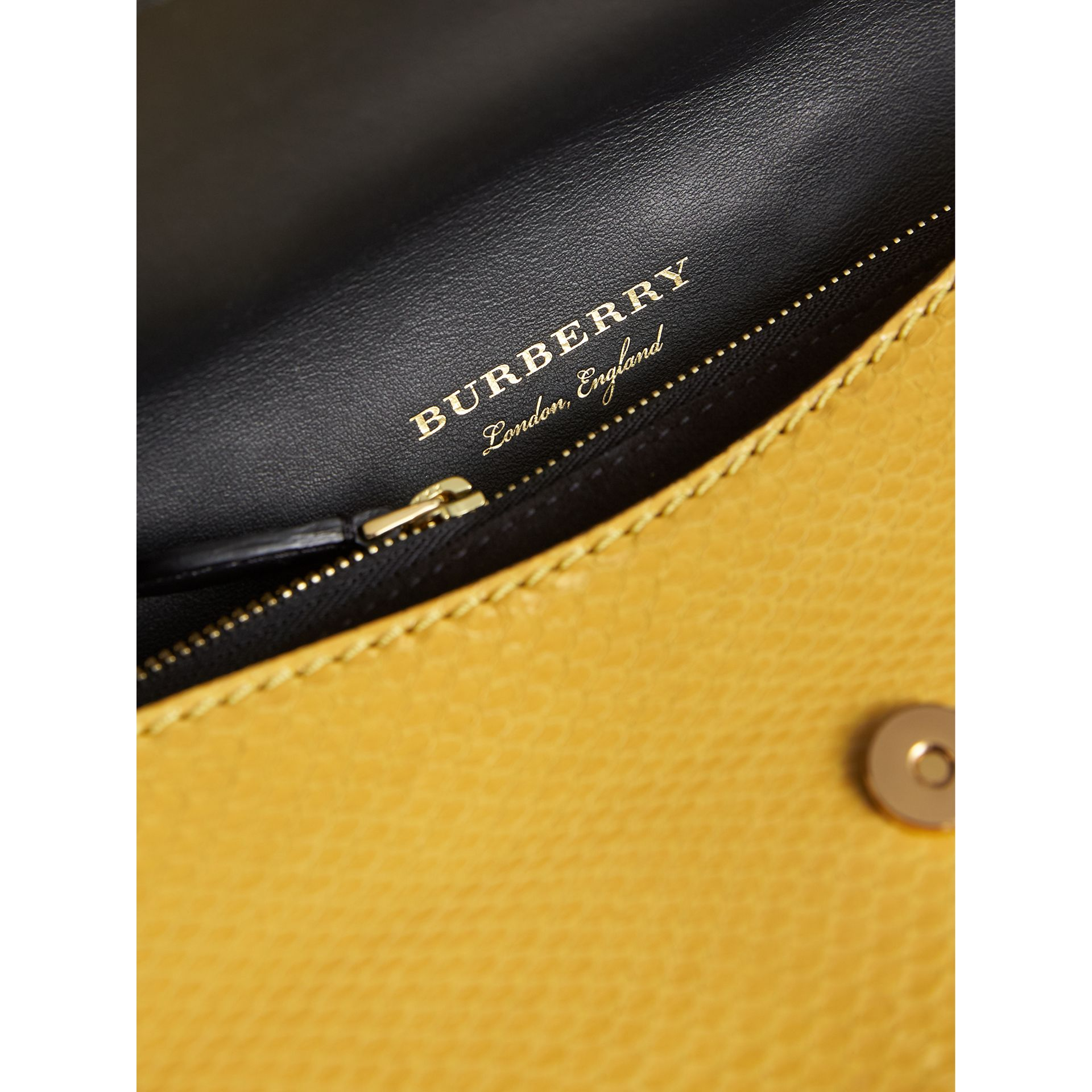 Petit sac The Buckle en peau de serpent et cuir (Jaune Agrume) - Femme | Burberry - photo de la galerie 6