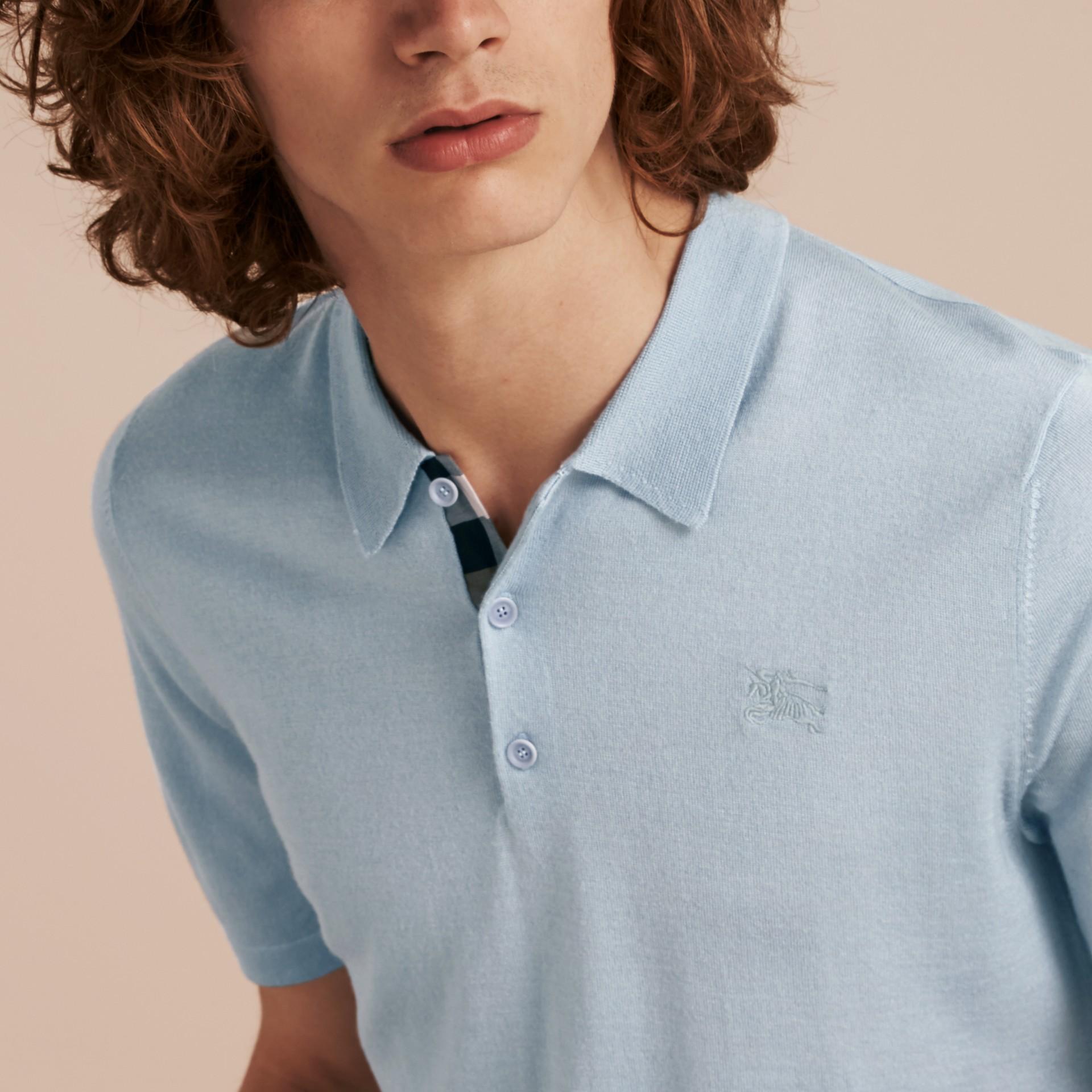 Bleu ciel pâle Polo en laine et soie mélangées avec patte à motif check Bleu Ciel Pâle - photo de la galerie 5