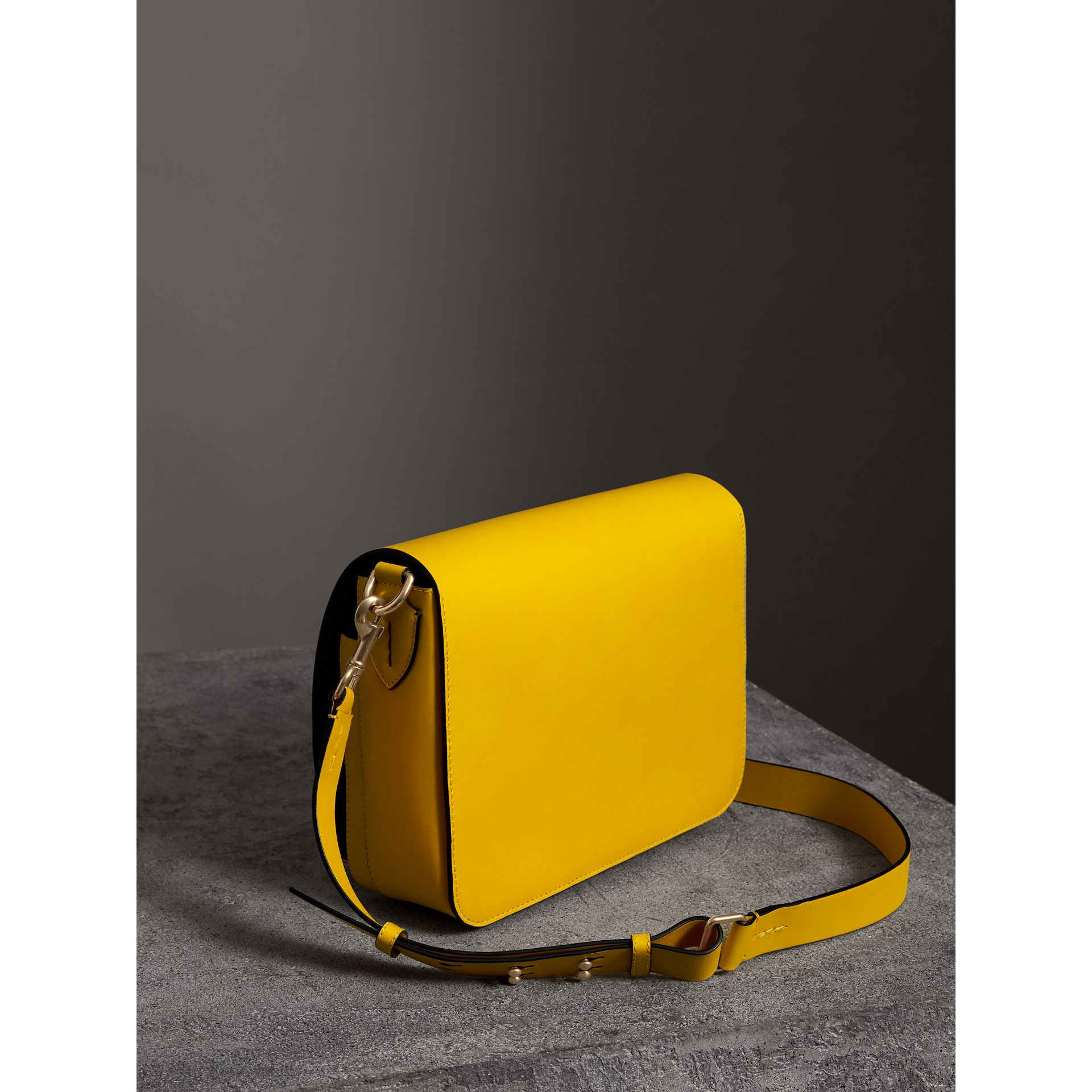 The Satchel squadrata grande in pelle (Giallo Larice Intenso) - Donna | Burberry - immagine della galleria 4
