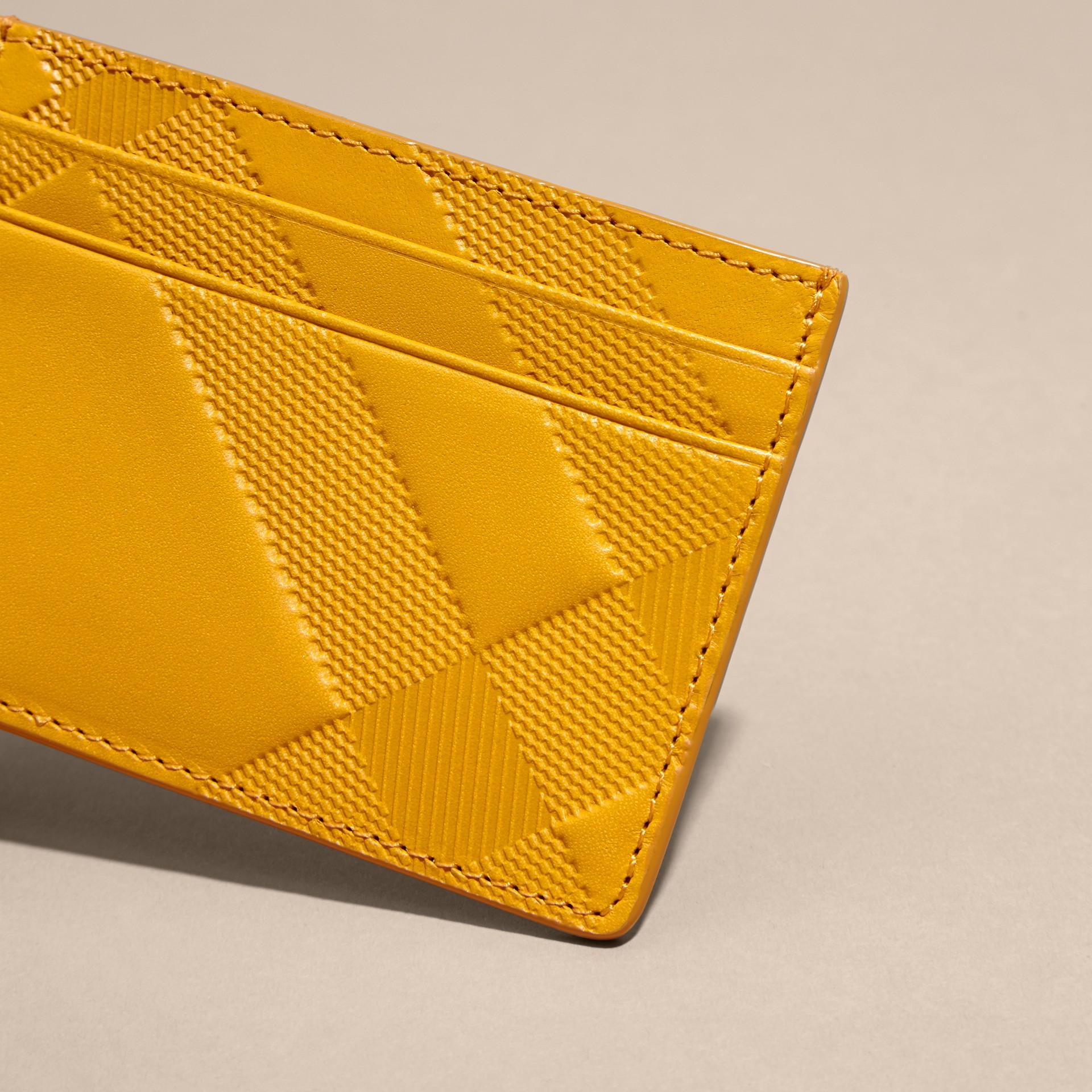 Giallo ambra Porta carte di credito in pelle con motivo check in rilievo Giallo Ambra - immagine della galleria 2