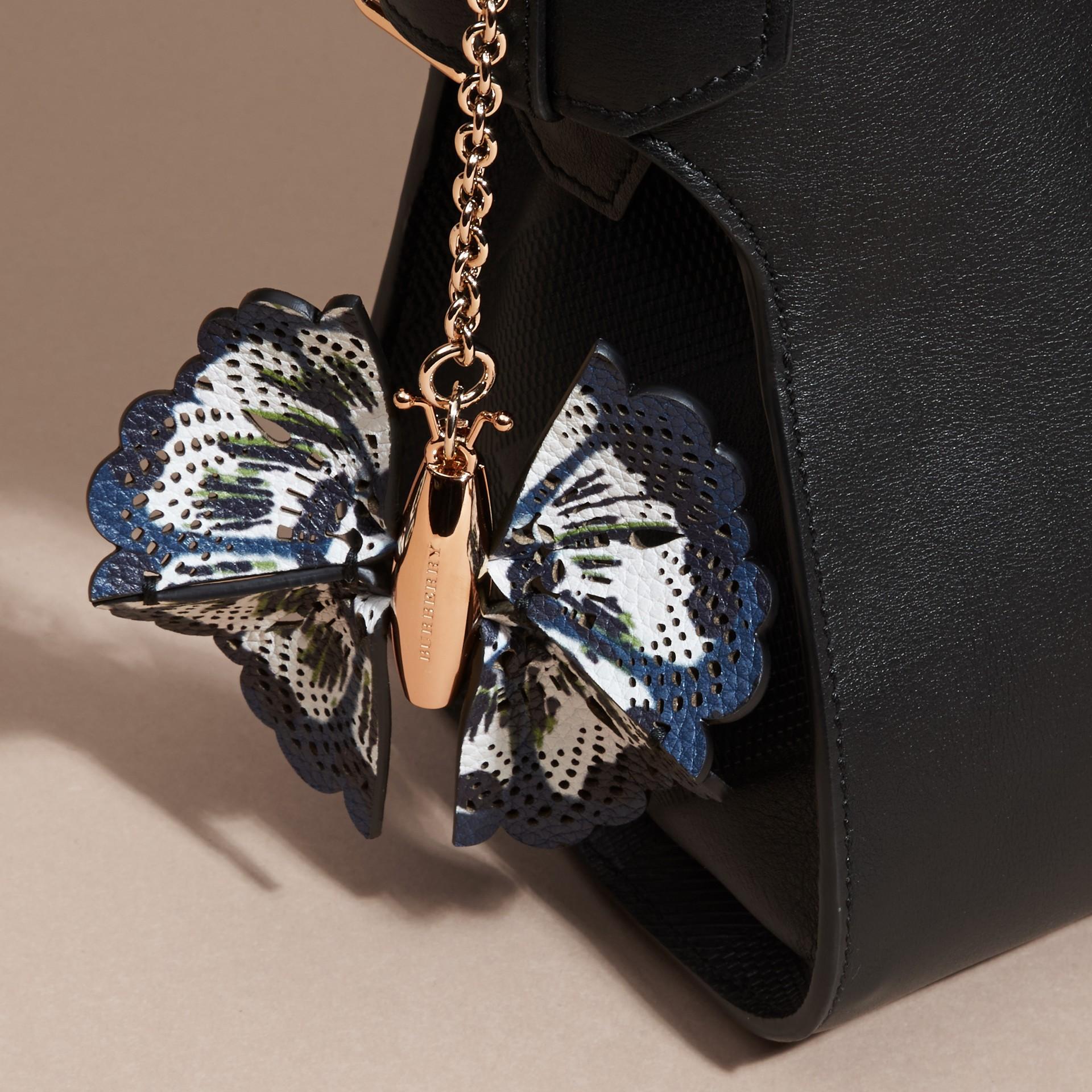 Blu ceruleo intenso/navy brillante Ciondolo a forma di farfalla con pelle stampata tipo tintura a riserva Blu Ceruleo Intenso/navy Brillante - immagine della galleria 3