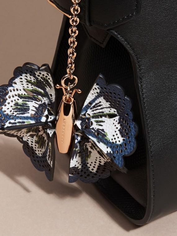 Blu ceruleo intenso/navy brillante Ciondolo a forma di farfalla con pelle stampata tipo tintura a riserva Blu Ceruleo Intenso/navy Brillante - cell image 2