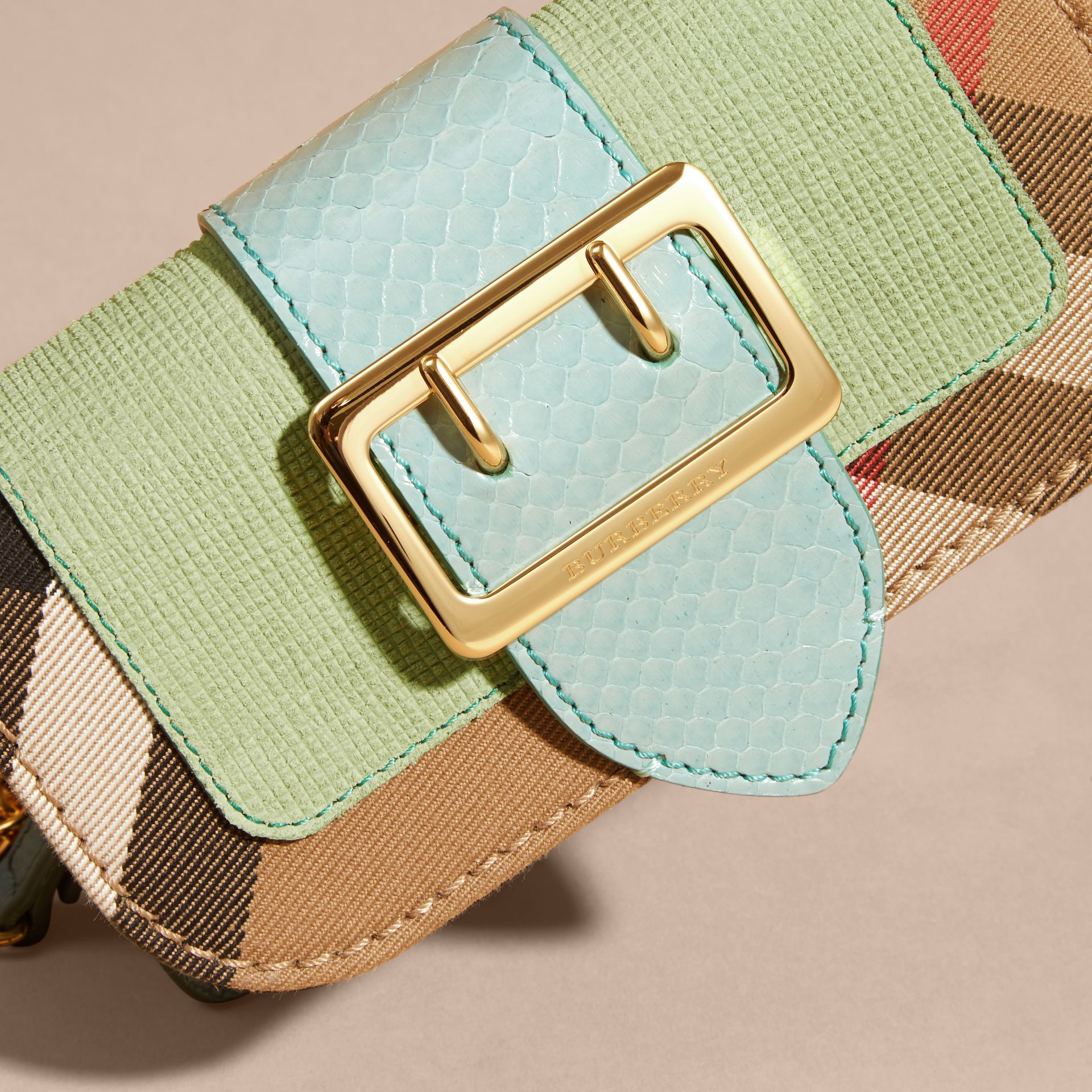 Menta chiaro Borsa The Buckle mini con pelle di serpente e motivo House check - immagine della galleria 2