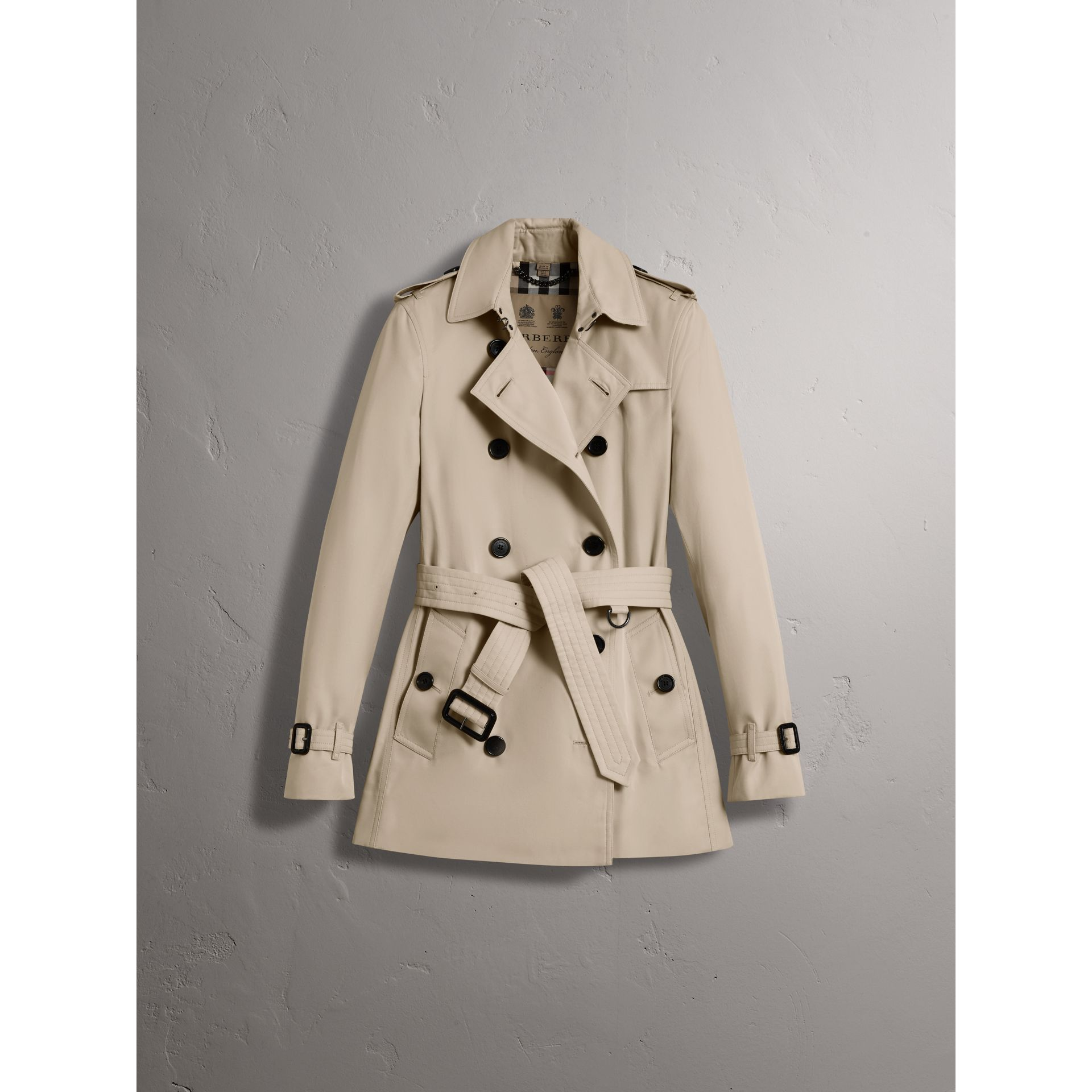 The Kensington – Short Heritage Trench Coat in Stone - Women | Burberry - gallery image 4