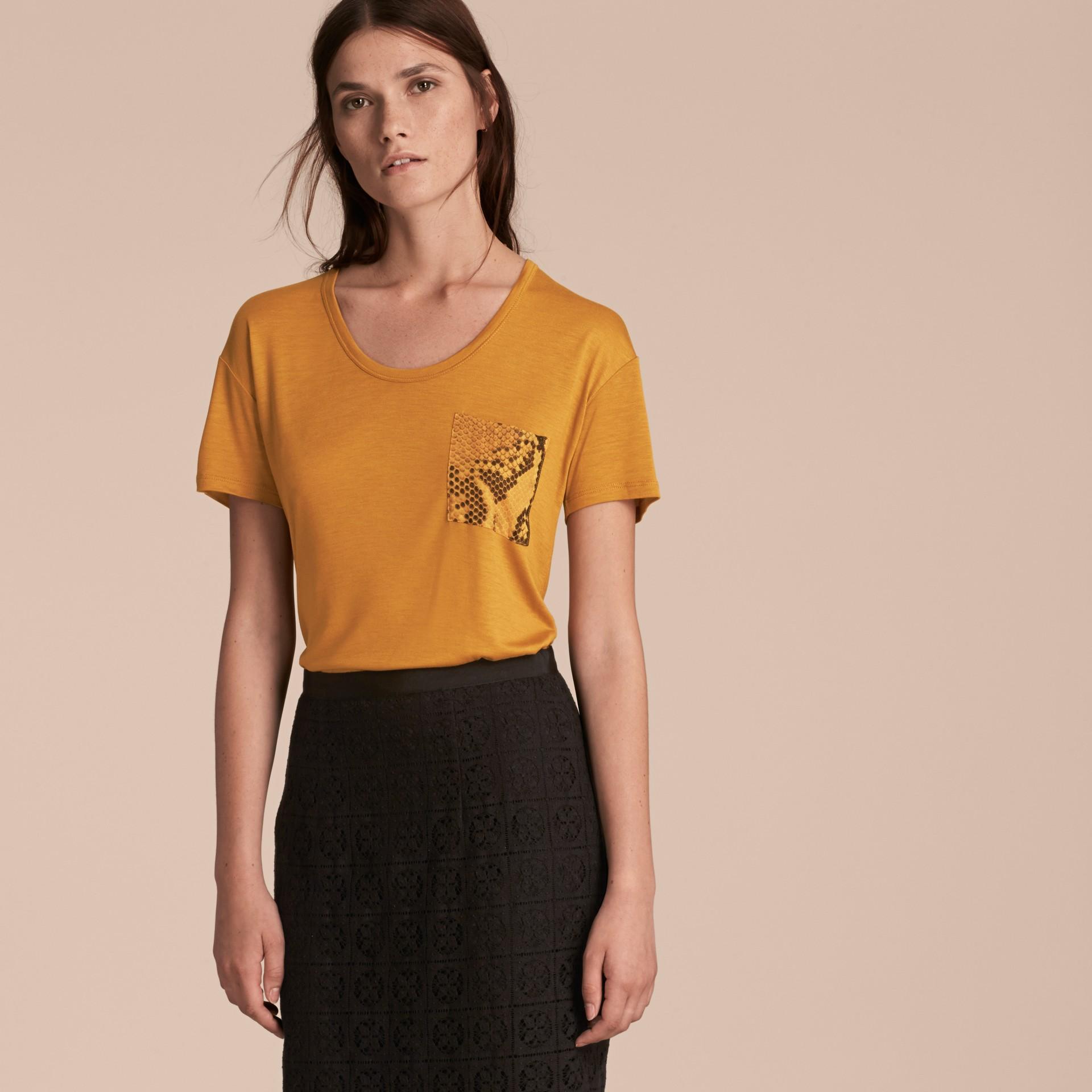 Ambra T-shirt con dettaglio con stampa pitone Ambra - immagine della galleria 6