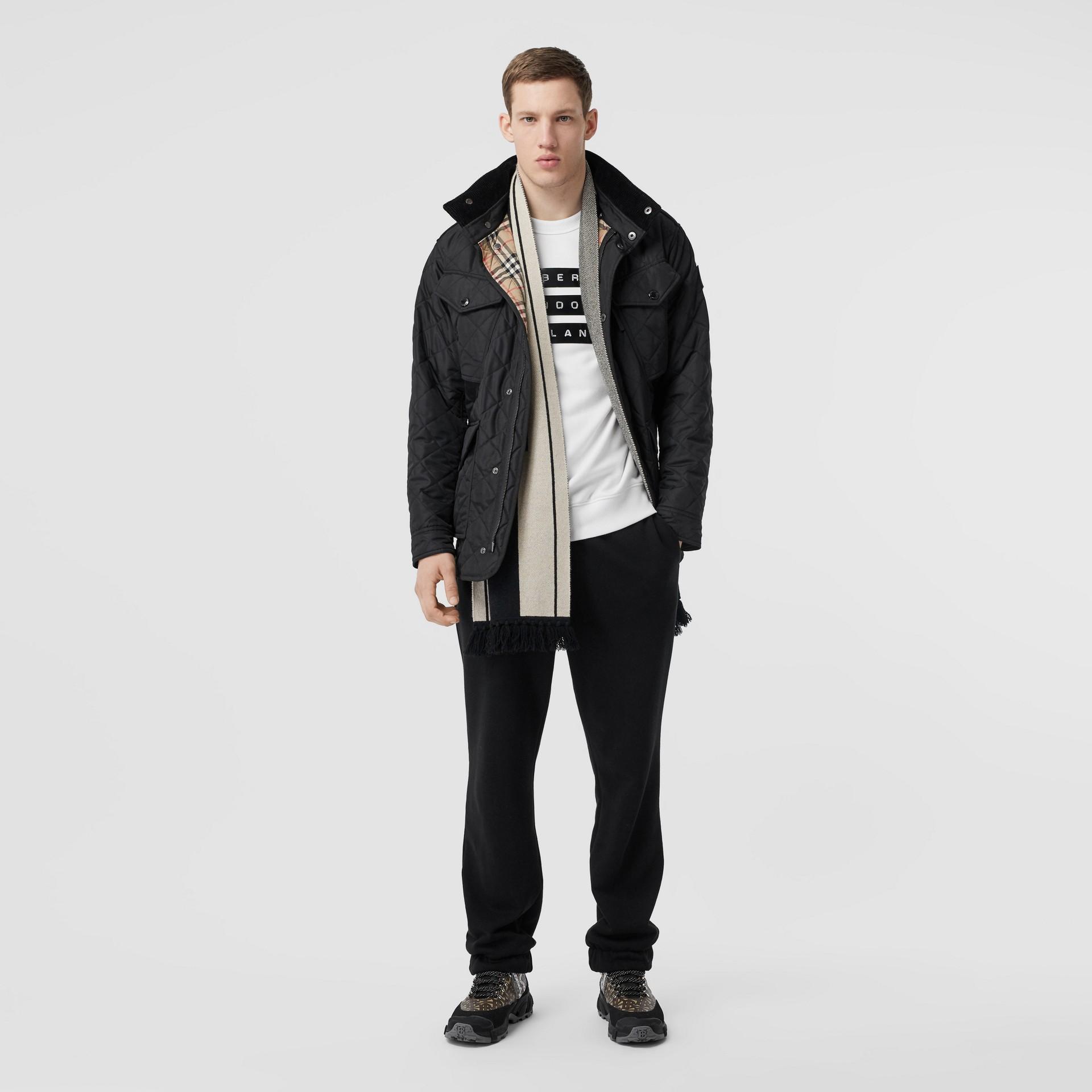Jaqueta estilo militar termorregulada em matelassê com capuz embutido (Preto) - Homens | Burberry - galeria de imagens 0