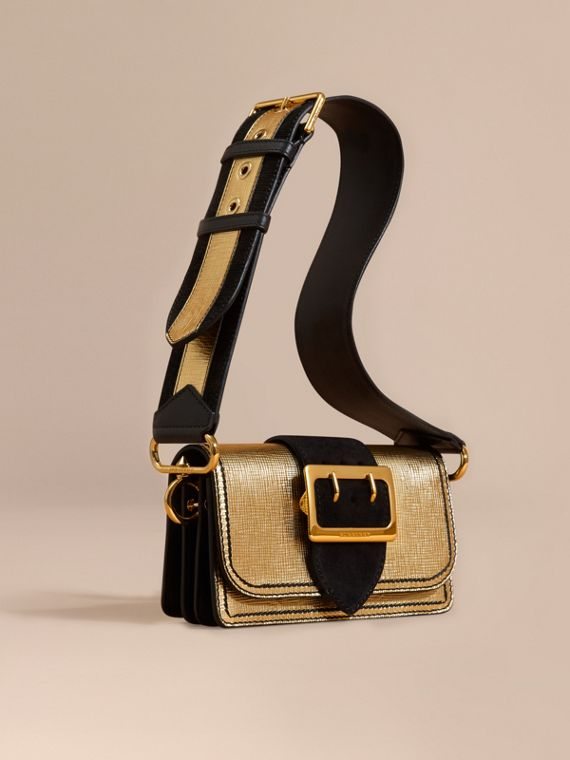 The Small Buckle Bag aus Metallic-Leder und Veloursleder