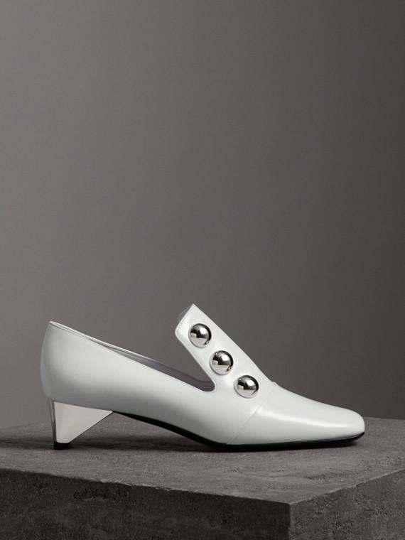 Sapatos de couro envernizado com detalhe de tachas (Creme)